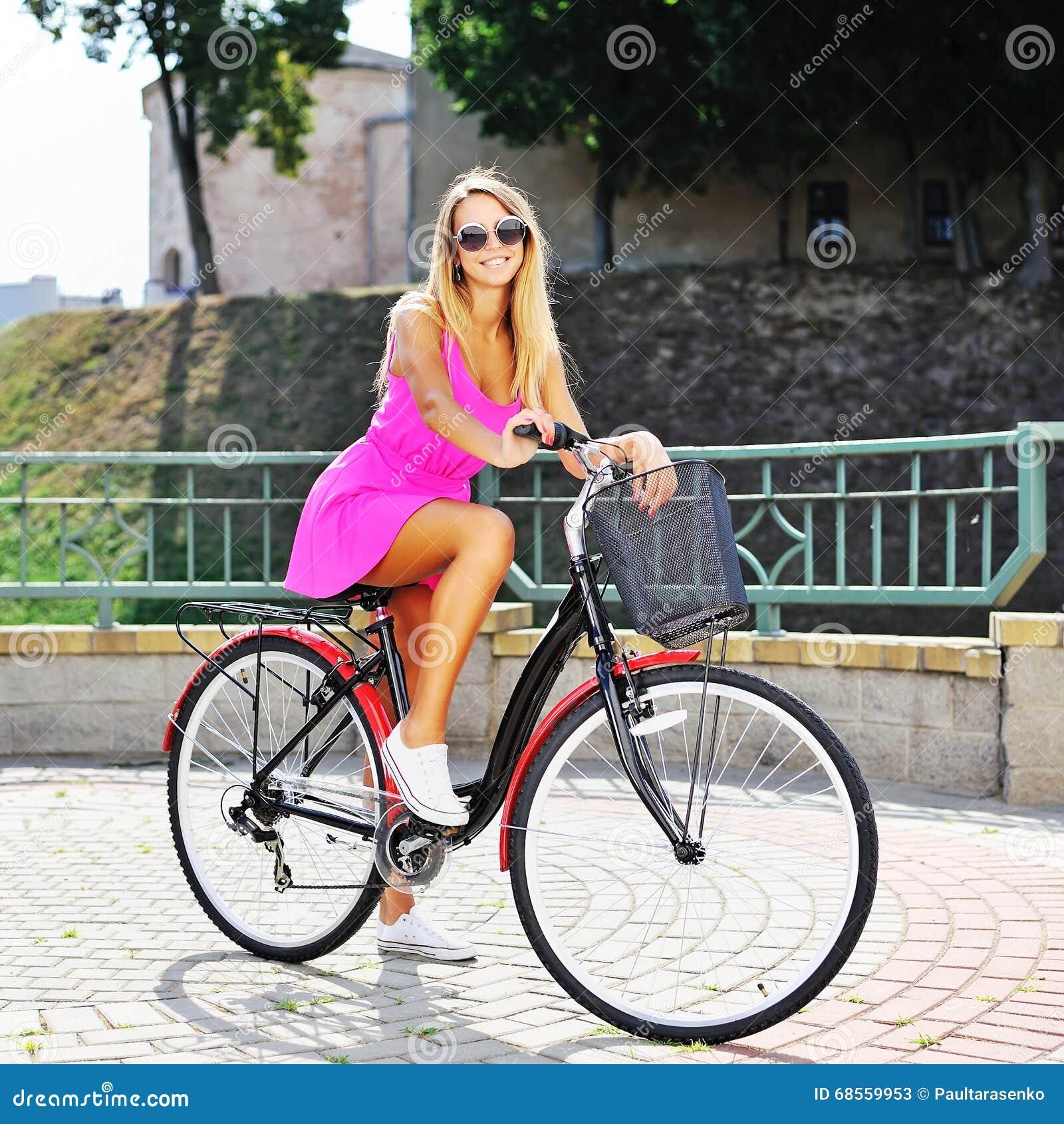 sexy junge frau mit fahrrad stockbild bild von st dtisch erwachsener 68559953. Black Bedroom Furniture Sets. Home Design Ideas
