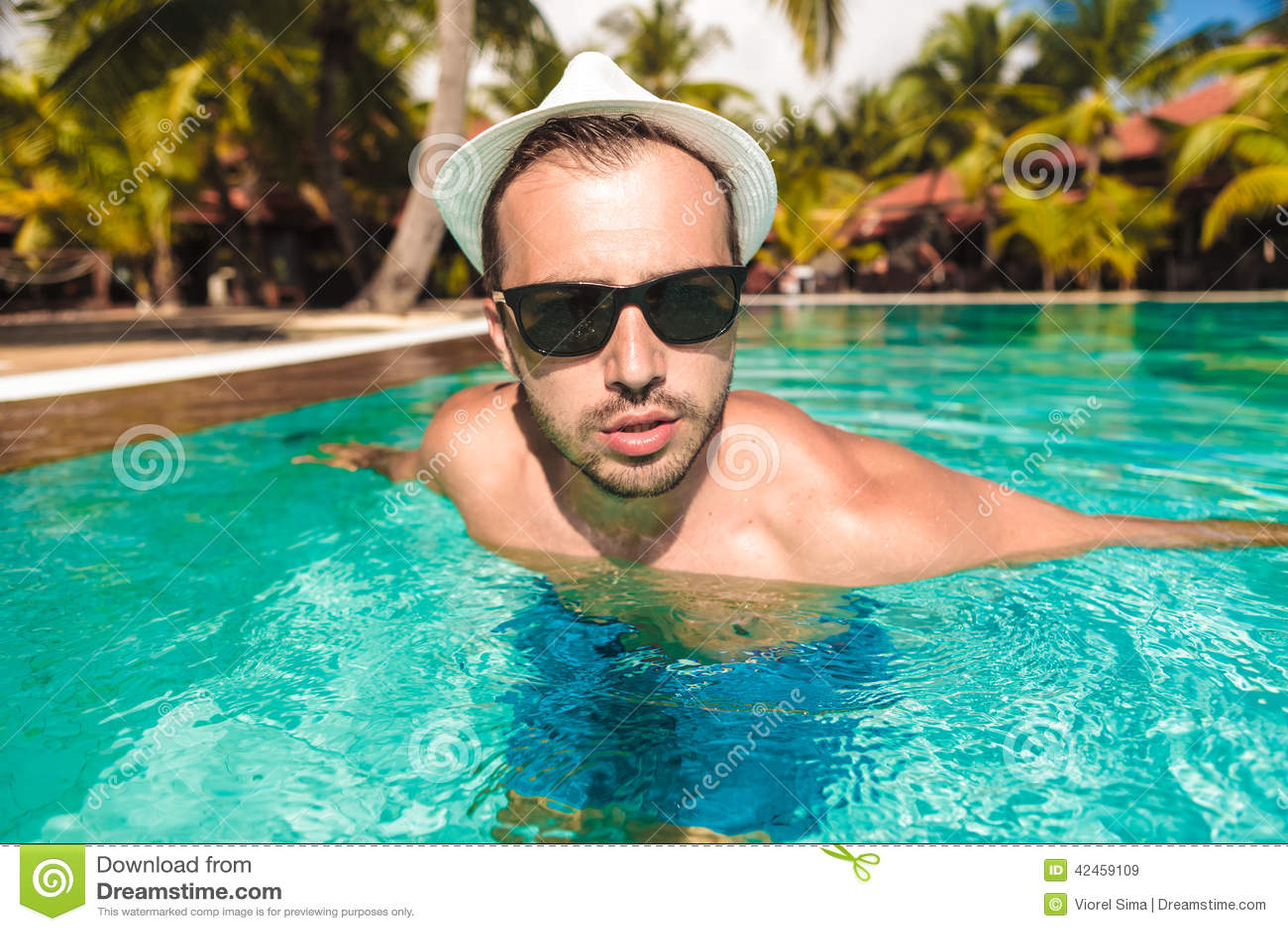Sexy Kerl, der aus Swimmingpool herauskommt