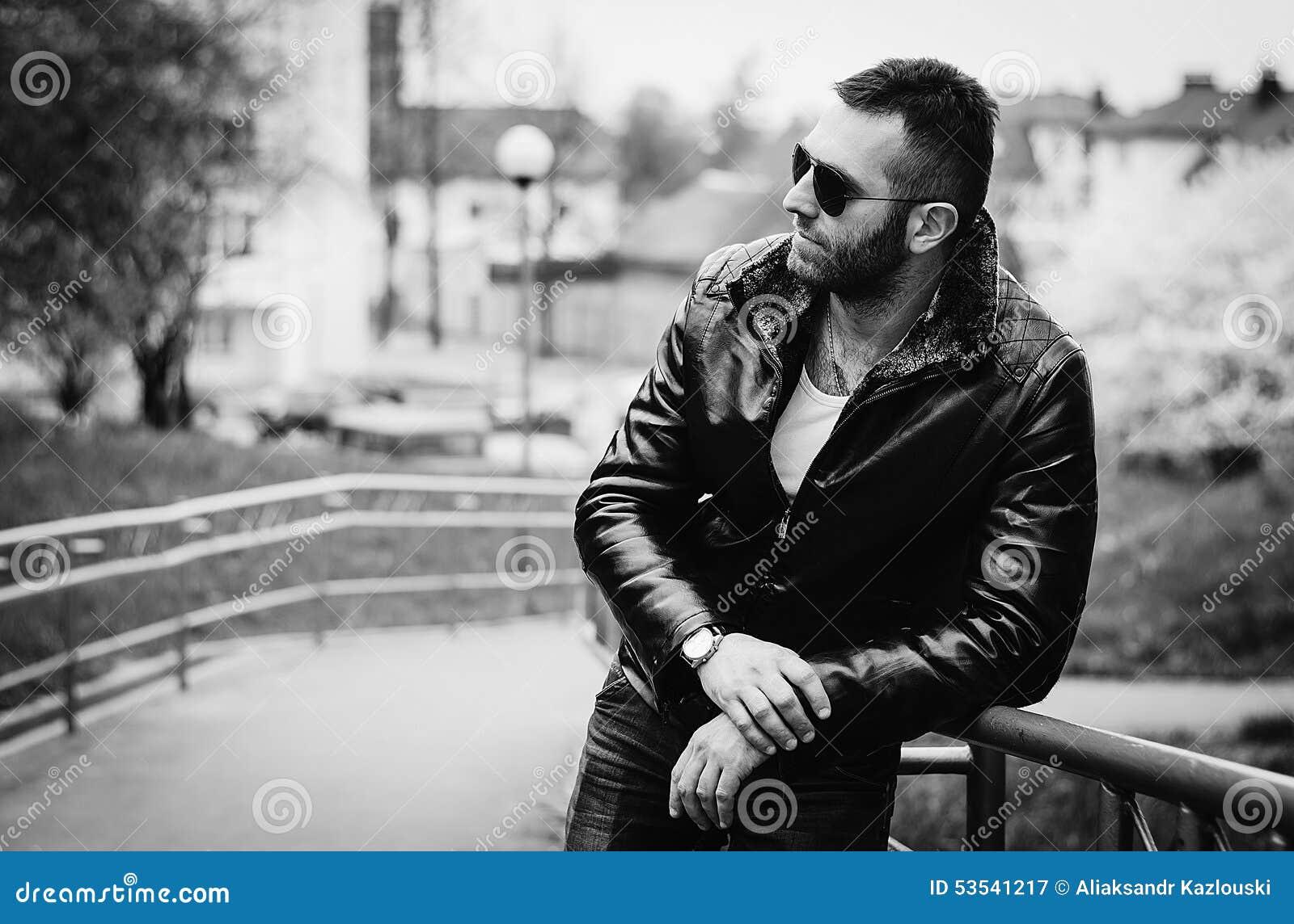 Dreier In Leder Und Mit Sonnenbrille