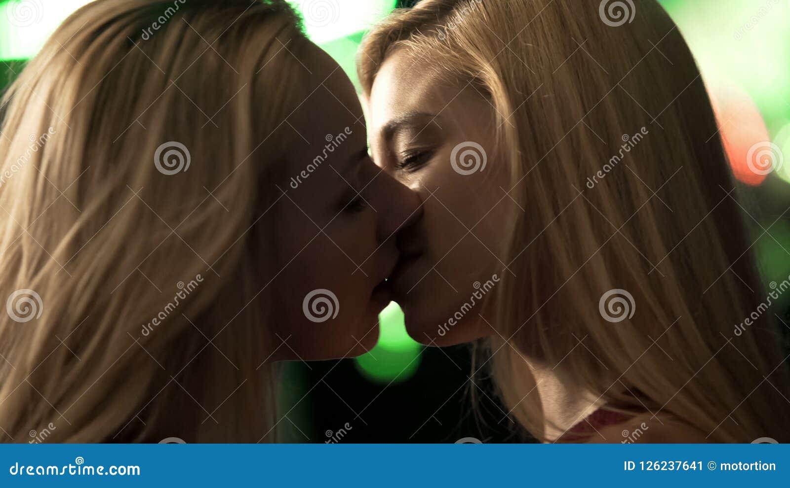 Sexy lesbische wijfjes die passionately in nachtclub, gedronken meisjes kussen die opmaken