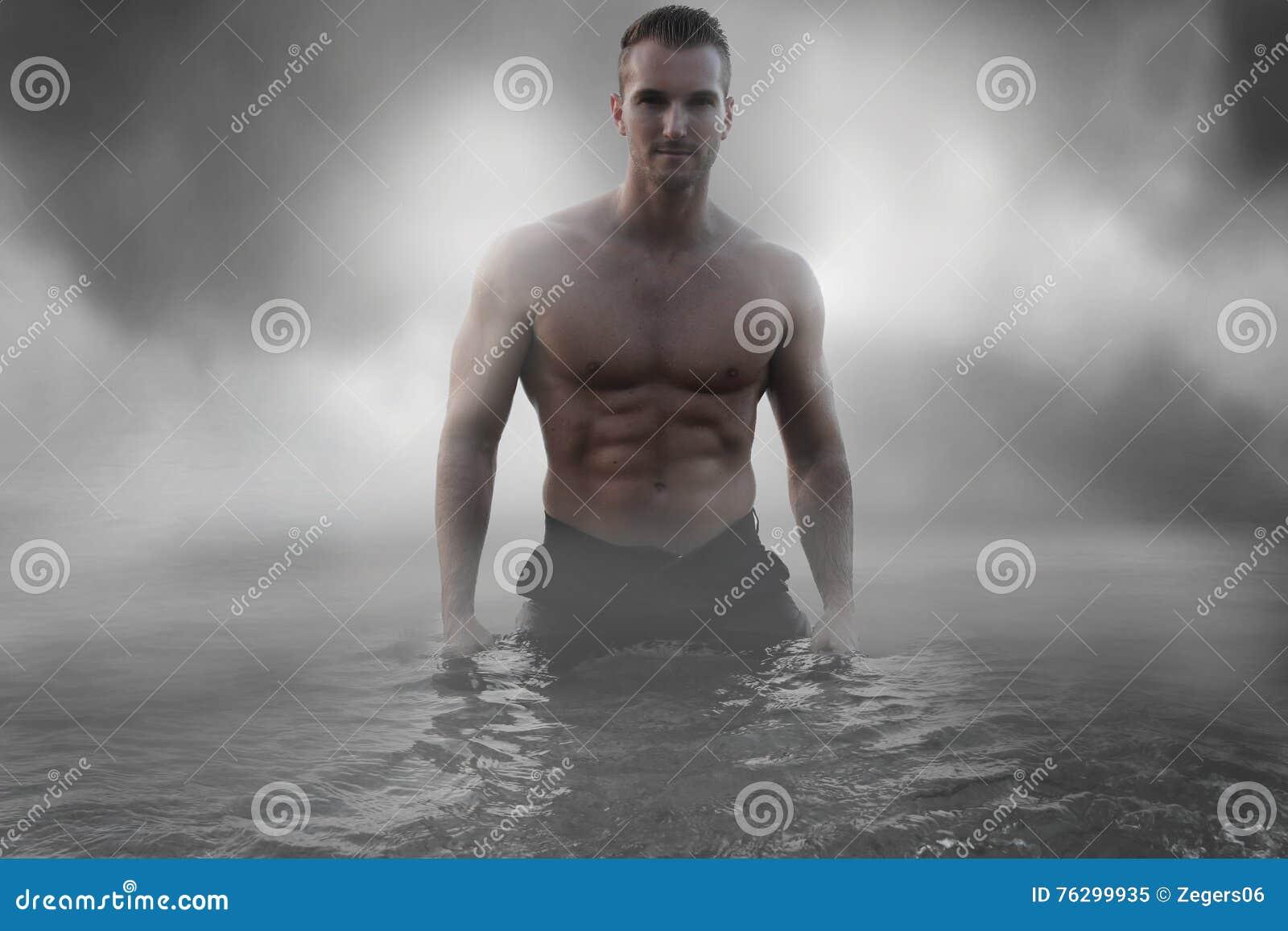 Sexy mannelijke status in het water