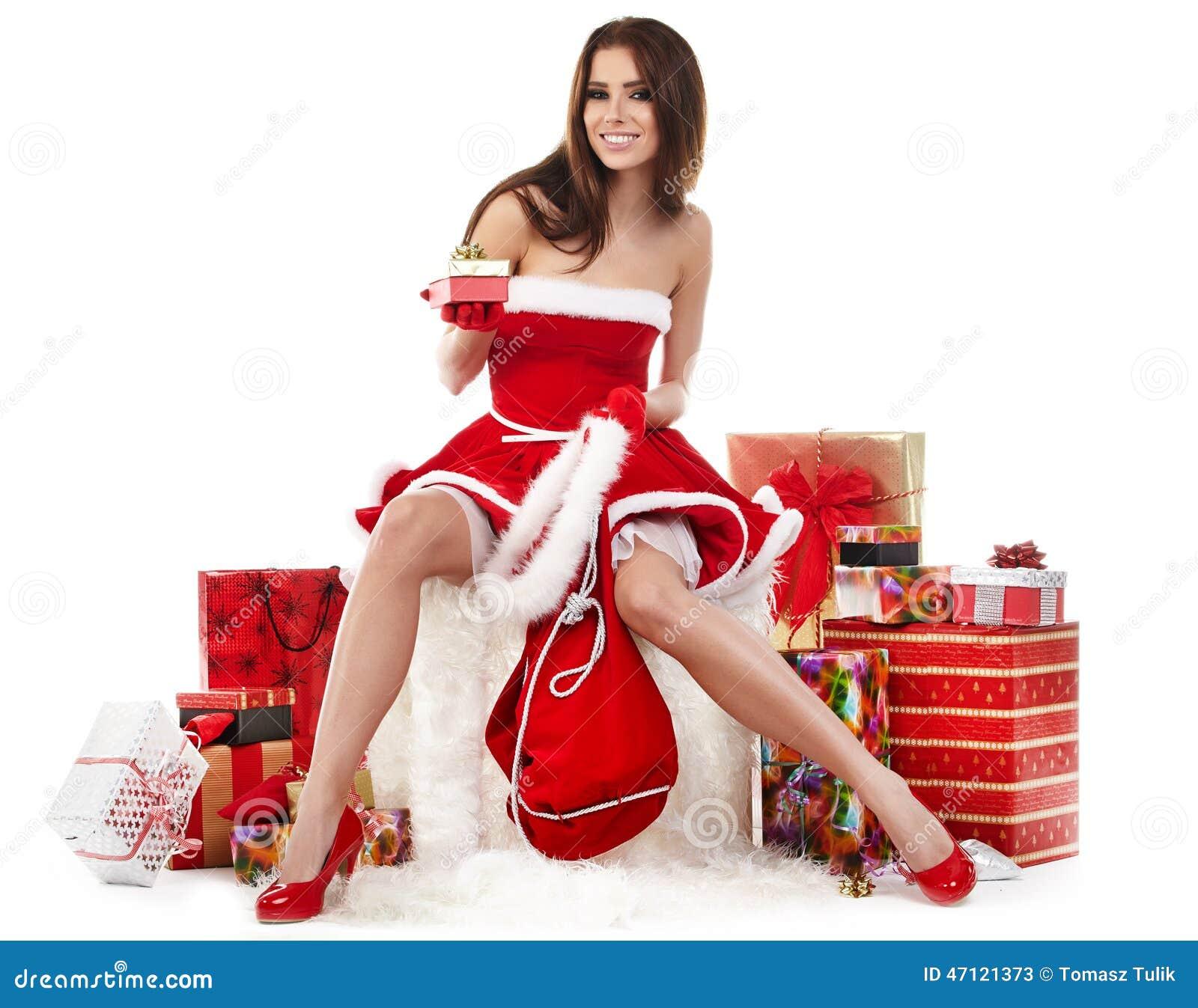 Sexy meisje die de kleren van de Kerstman met Kerstmis g dragen