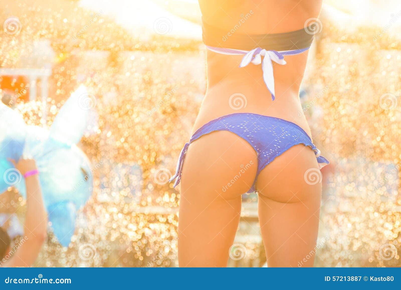 Sexy meisje die op een strandpartij dansen