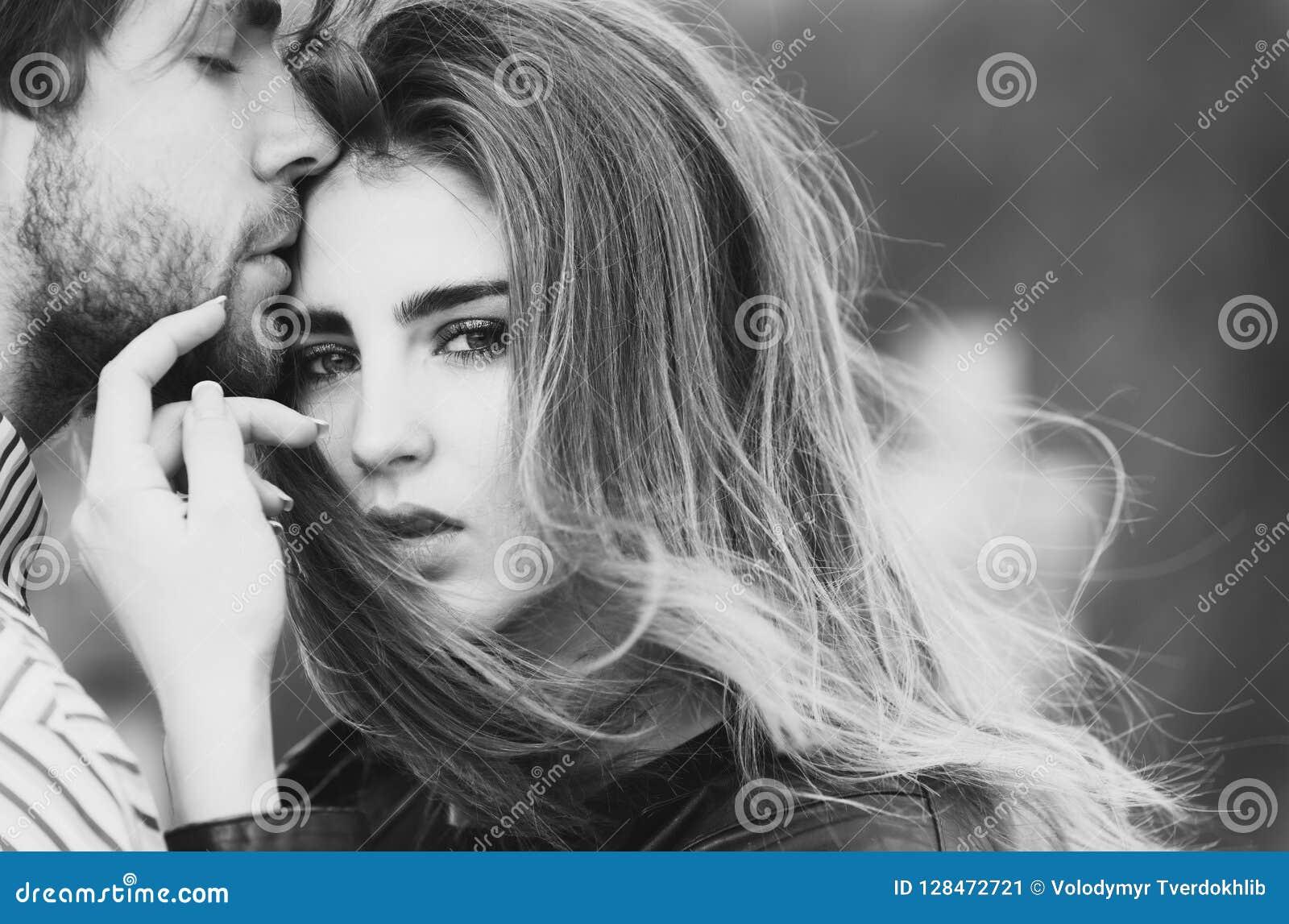 Sexy mens en meisje wat betreft elkaar met liefde