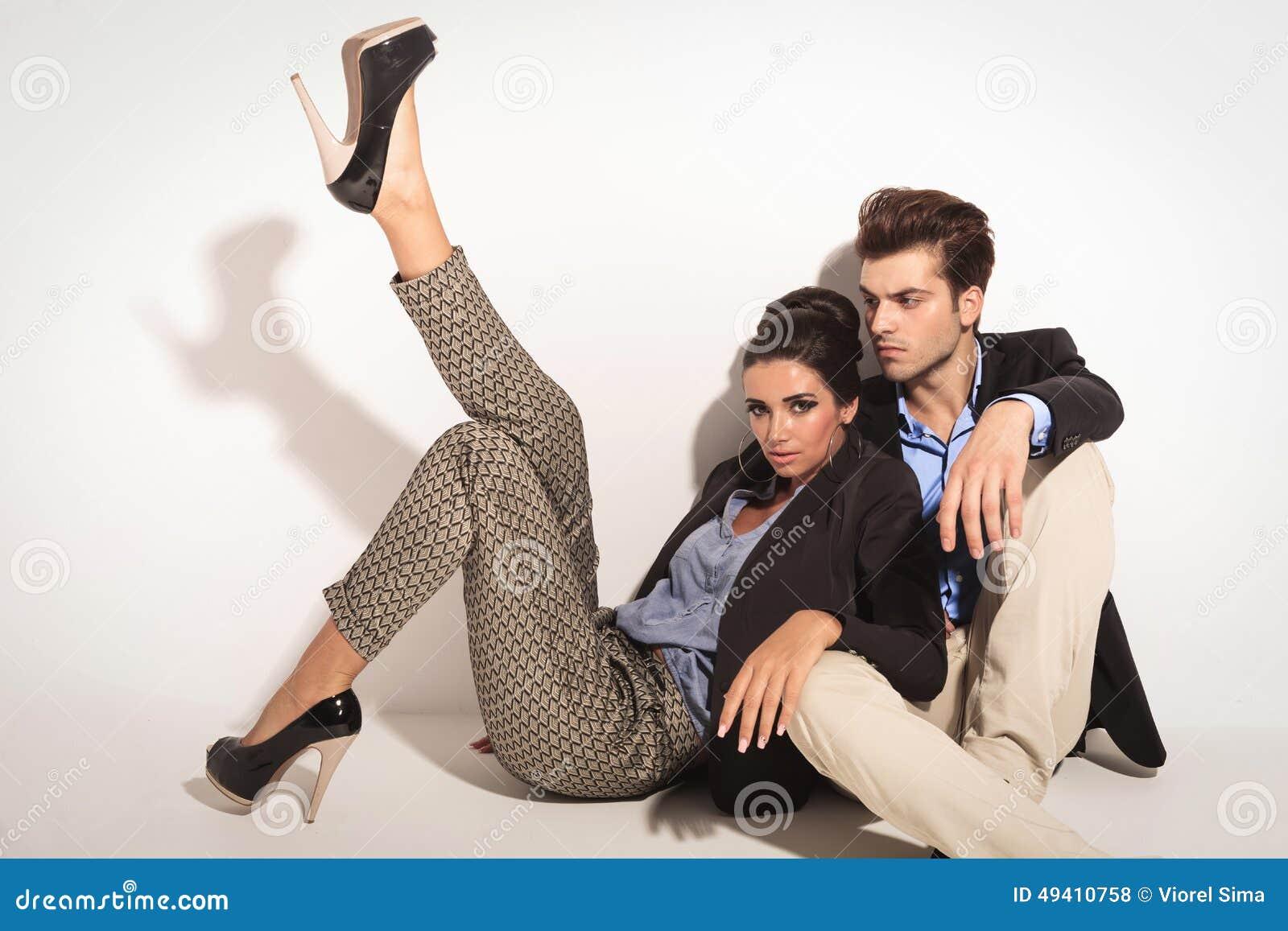 Download Sexy Modefrau, Die Auf Ihrem Liebhaber Sich Lehnt Stockfoto - Bild von freundschaft, hintergrund: 49410758