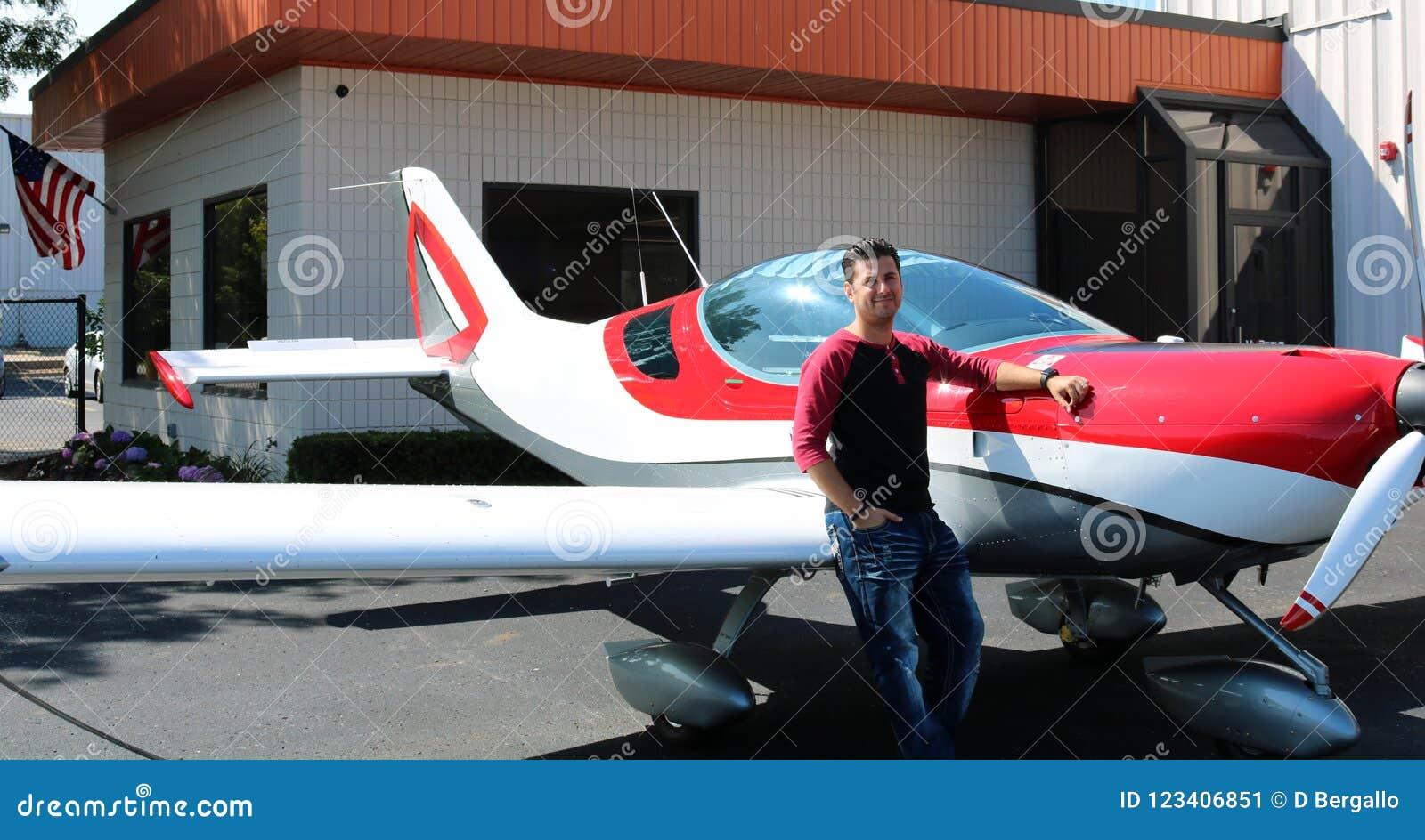 Sexy model in het mooie meisje van het sportvliegtuig, proef in klein vliegtuig bij vliegveld, de luchthaven van Michigan