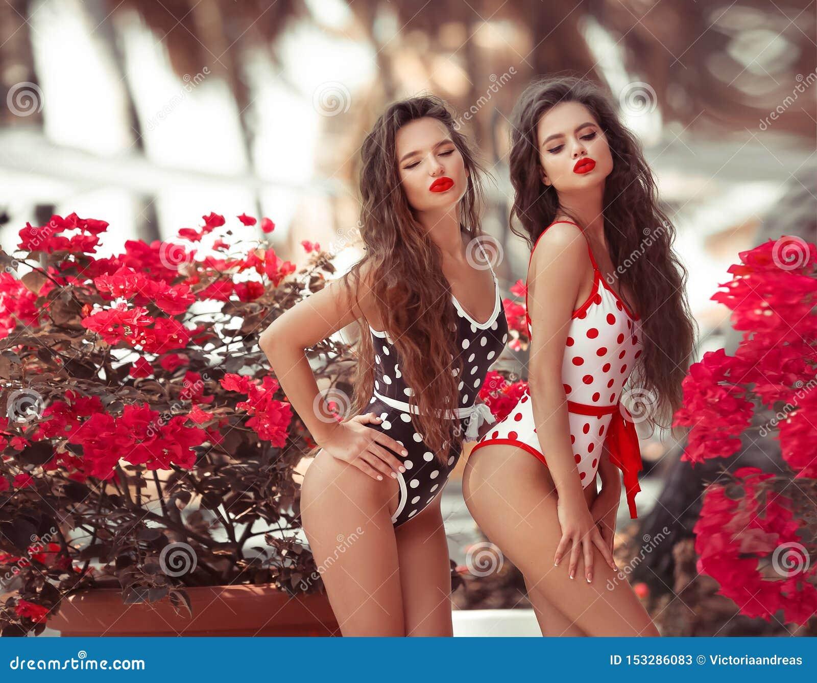 Sexy Pinup-meisjes met de rode blazende kus van de lippenstiftmake-up met steenbolklippen De manierportret van de de zomerlevenss