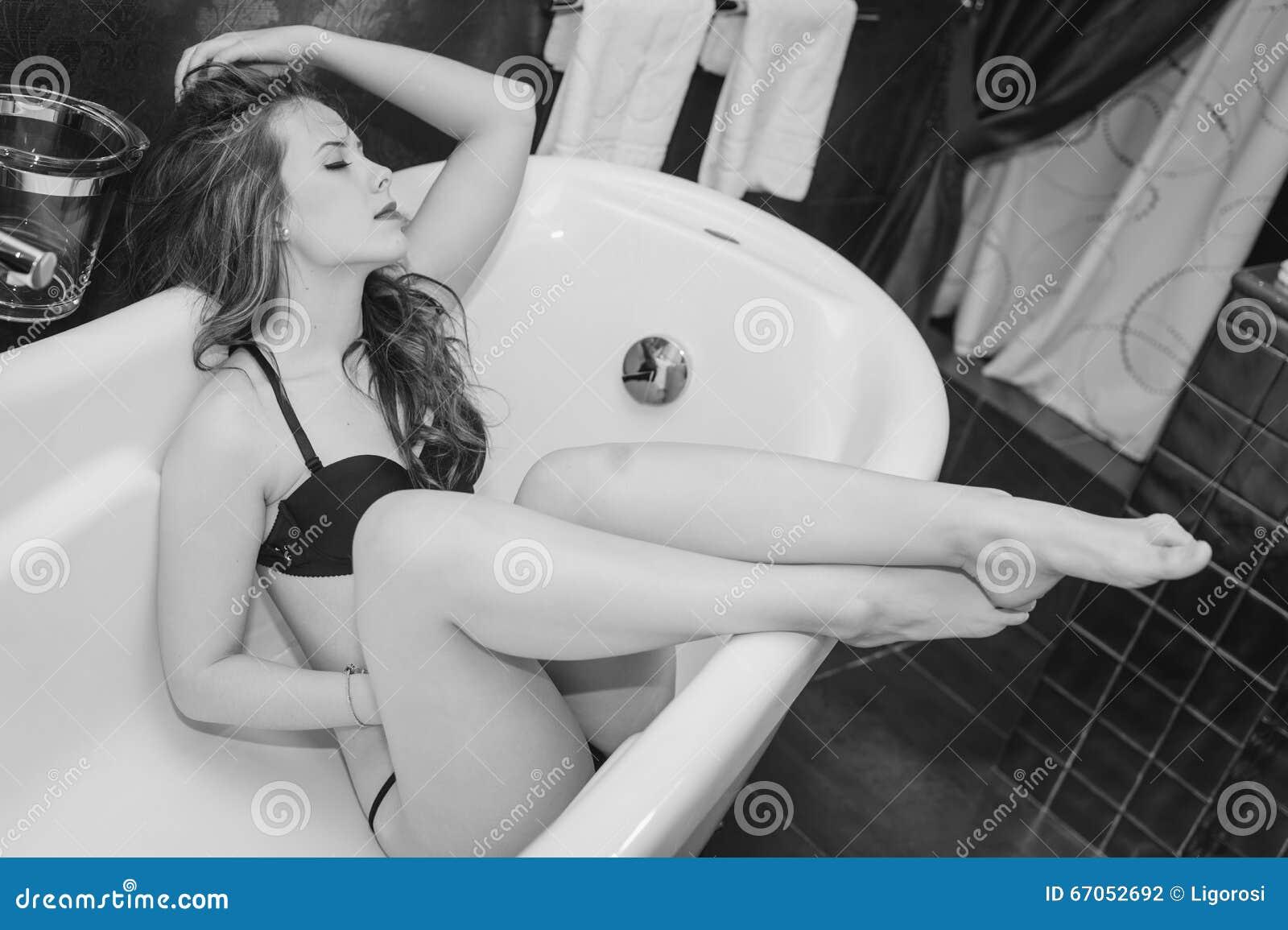 Sexy Schöne Junge Frau, Die Den Spaß Sich Entspannt In Der