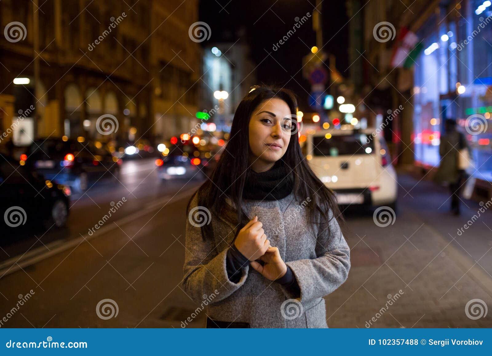 Sexy schitterend donkerbruin meisjesportret in de lichten van de nachtstad Vogue-het portret van de manierstijl van jonge vrij mo