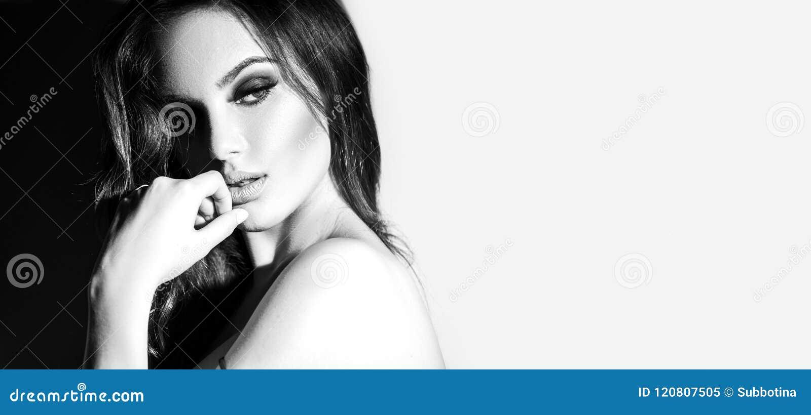 Sexy Schwarzweiss-Porträt der jungen Frau Verlockende junge Frau mit dem langen Haar