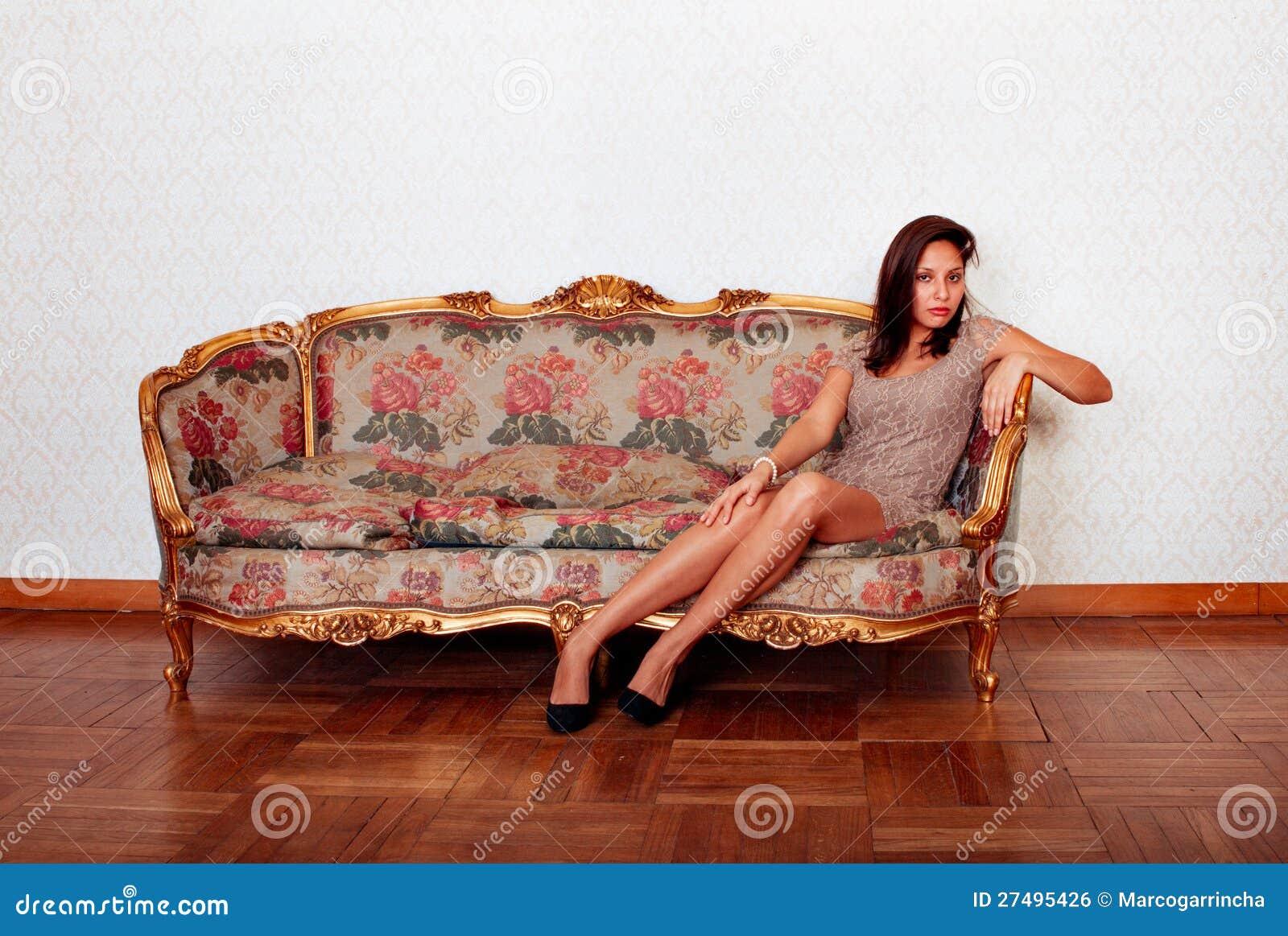 Sexy Spaanse vrouw die op bank gaat liggen