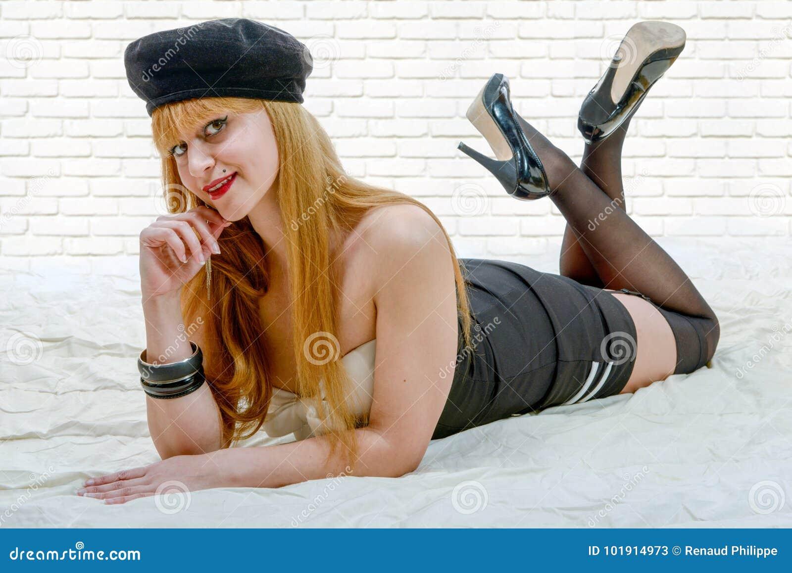 Sexy Stift herauf das Mädchen, das auf dem Boden liegt