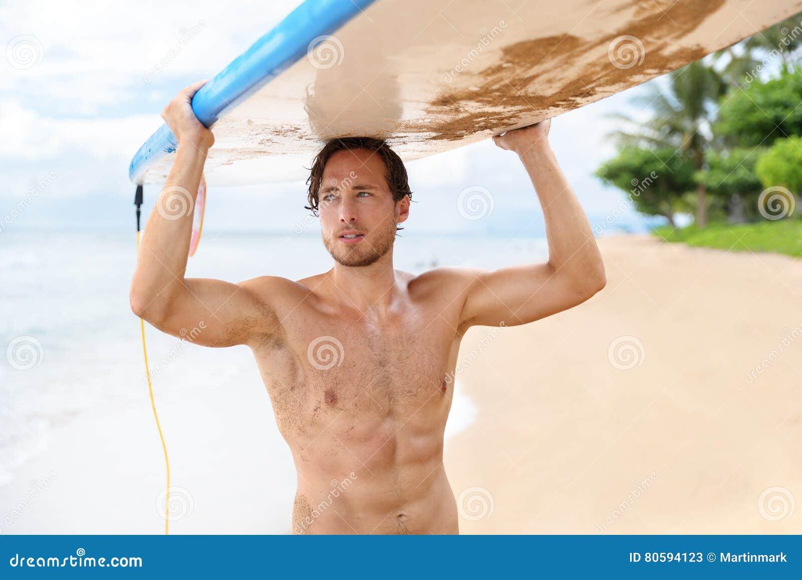 Sexy Surfermann, der Brandungsbrett nachdem dem Surfen hält