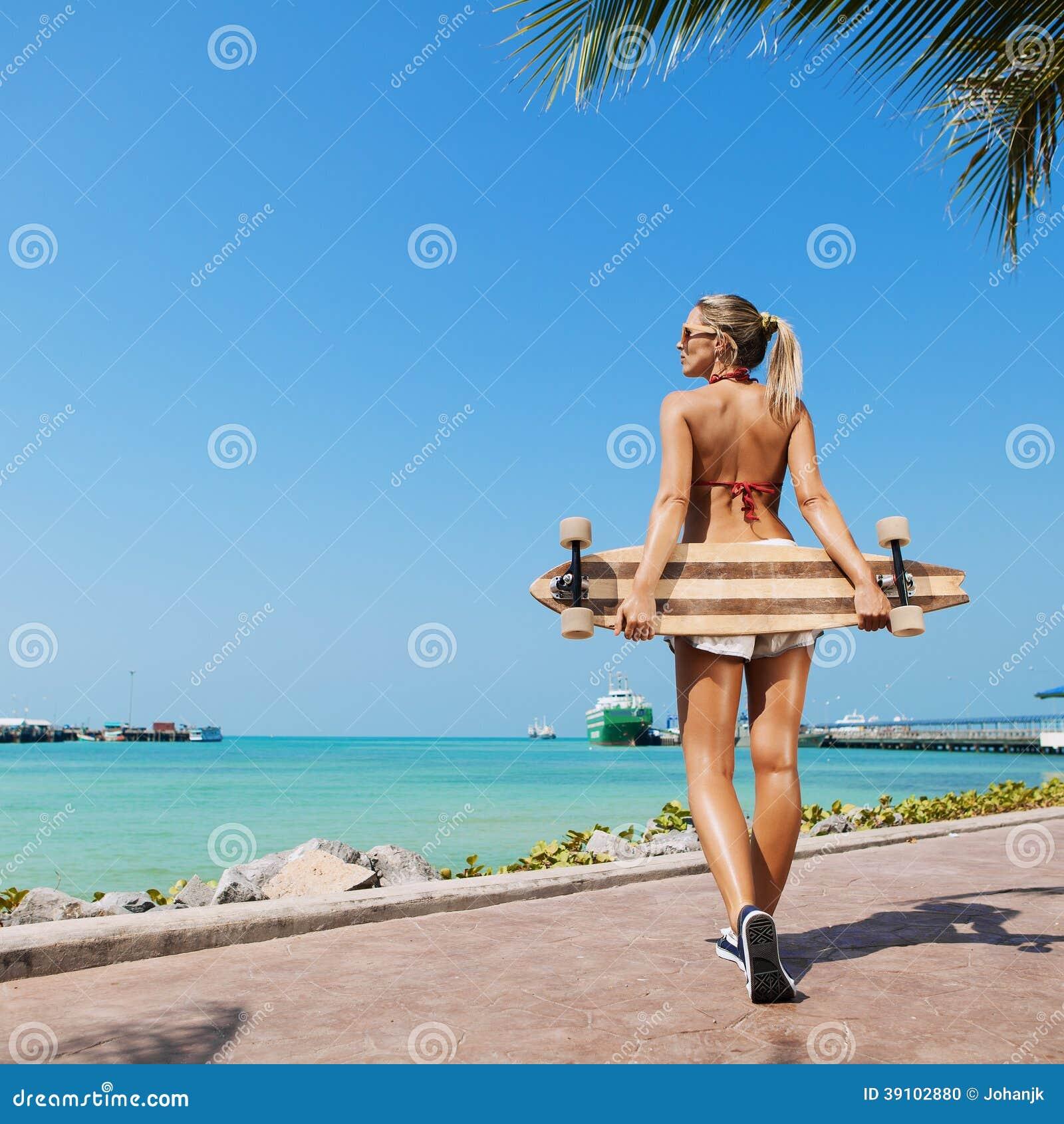 Sexy vrouw en longboard