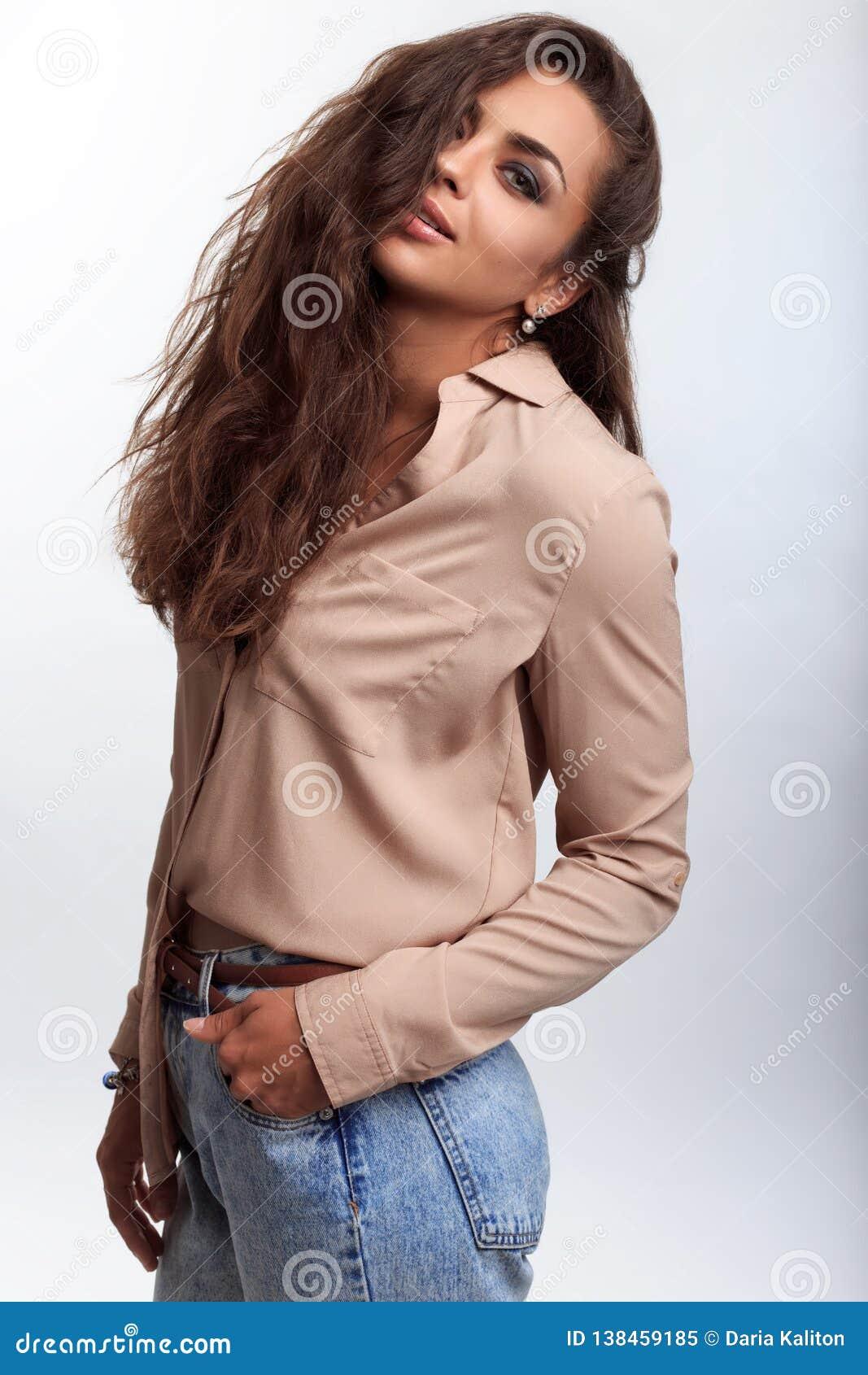 Sexy vrouw met het bruine huid stellen op de camera