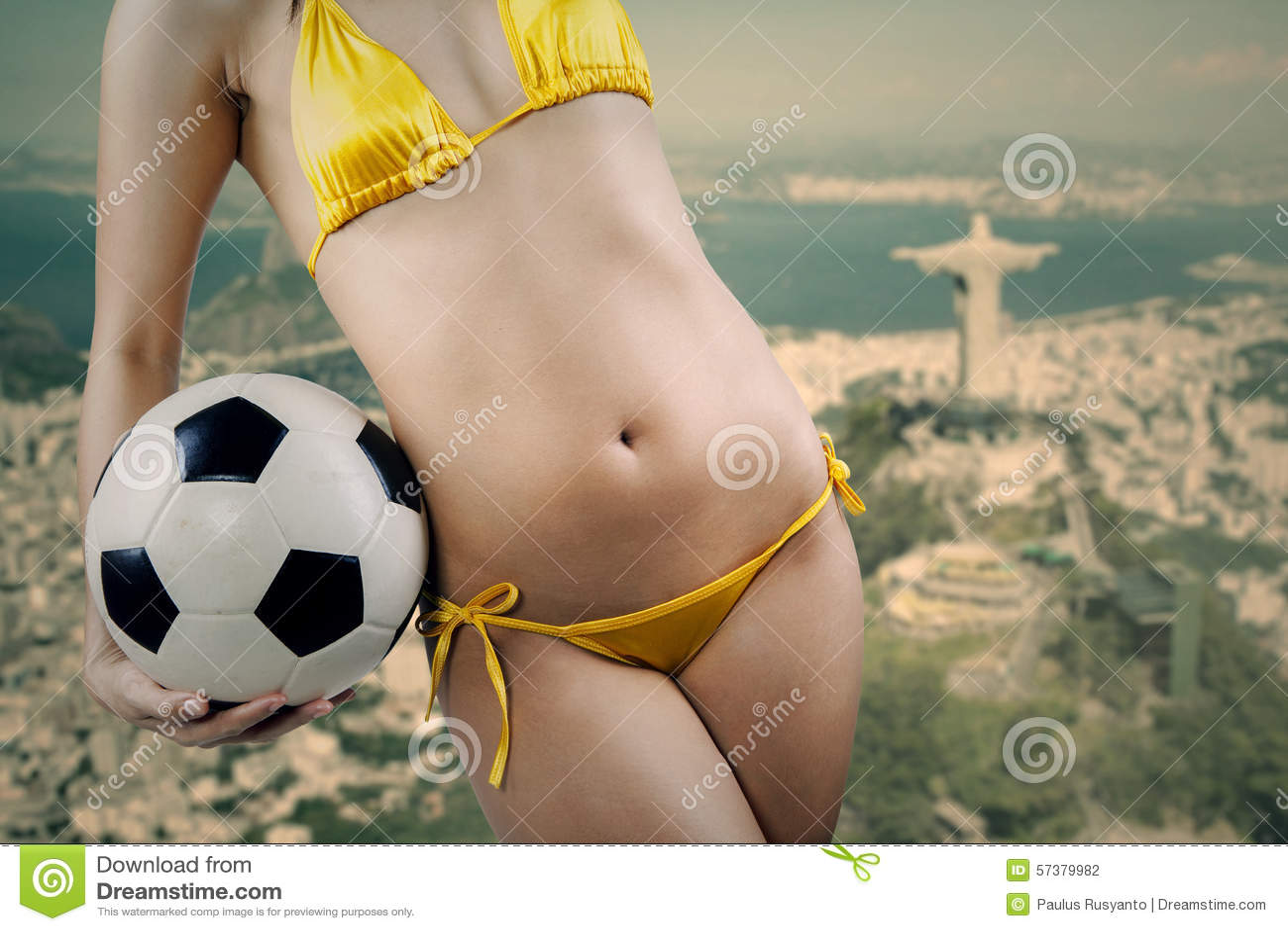 Sexy vrouw met voetbalbal