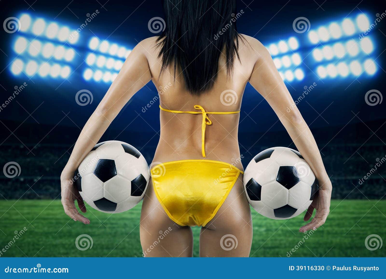 Sexy vrouwelijke verdediger bij voetbalstadion