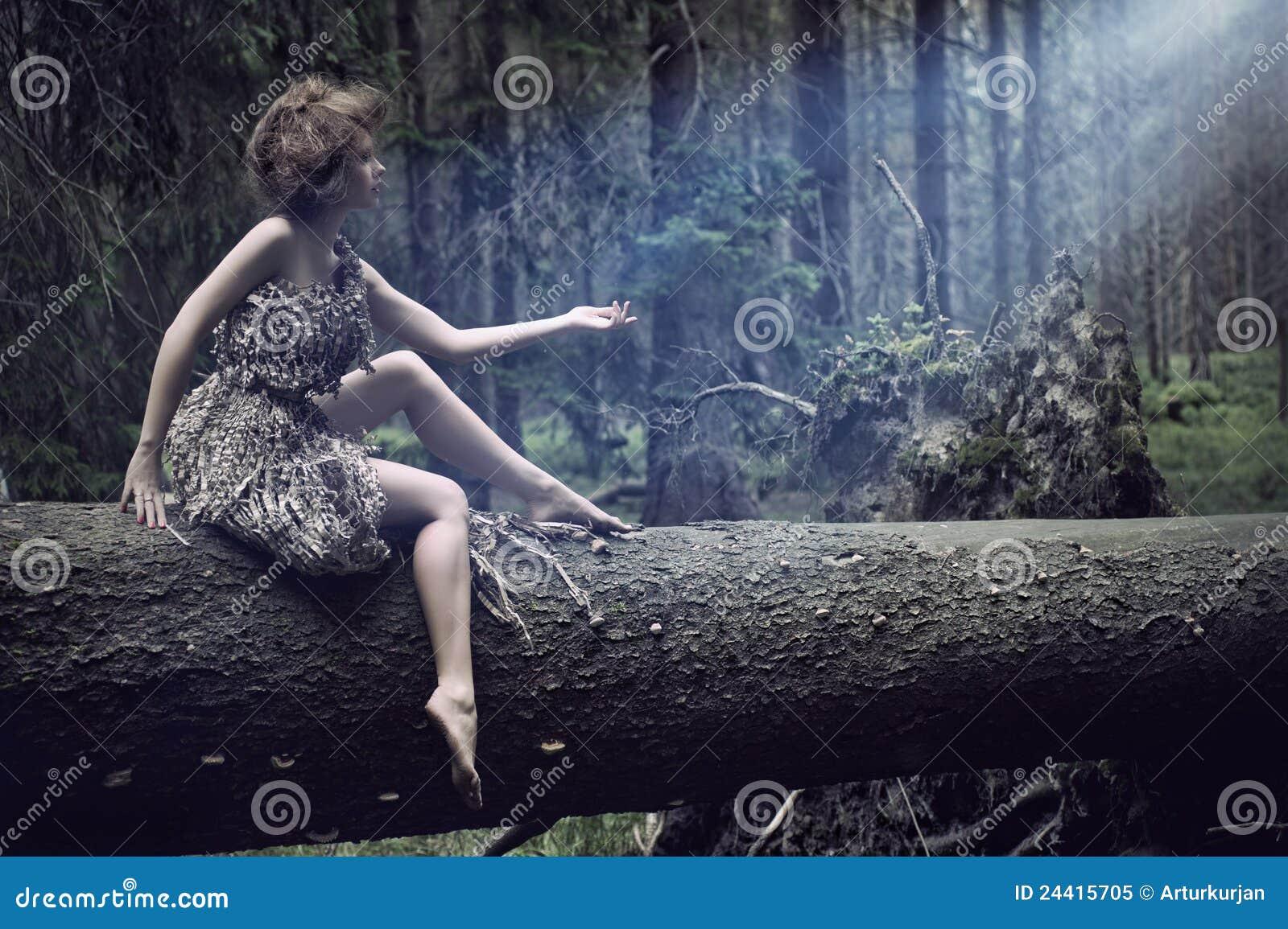 Sexy vrouwen die op de boom zitten