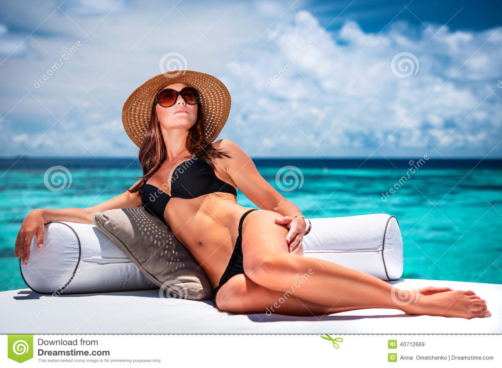 Фото девушек на пляже в очках 15 фотография