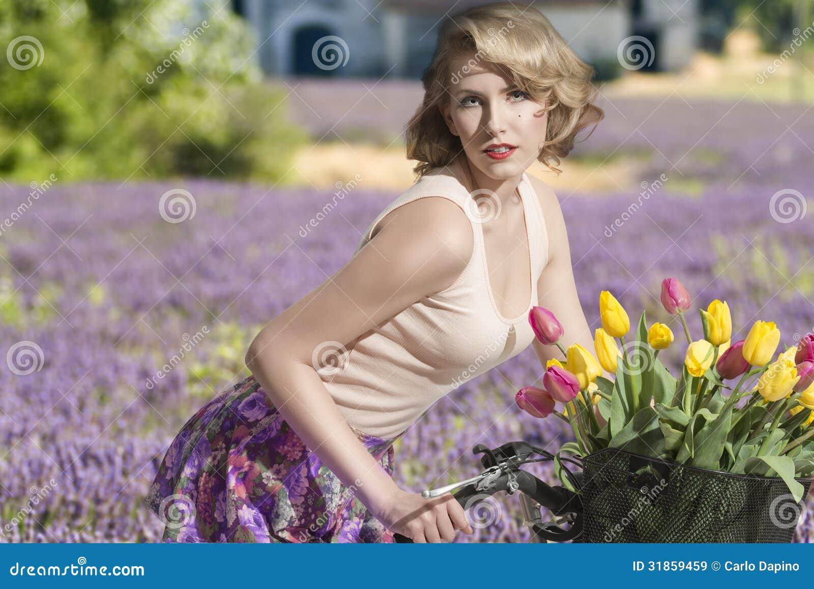 Садовник и блондинка 23 фотография