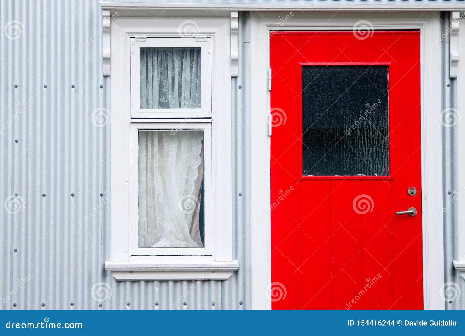 Seydisfjordur decorou o fim da casa acima, marco de Isl?ndia