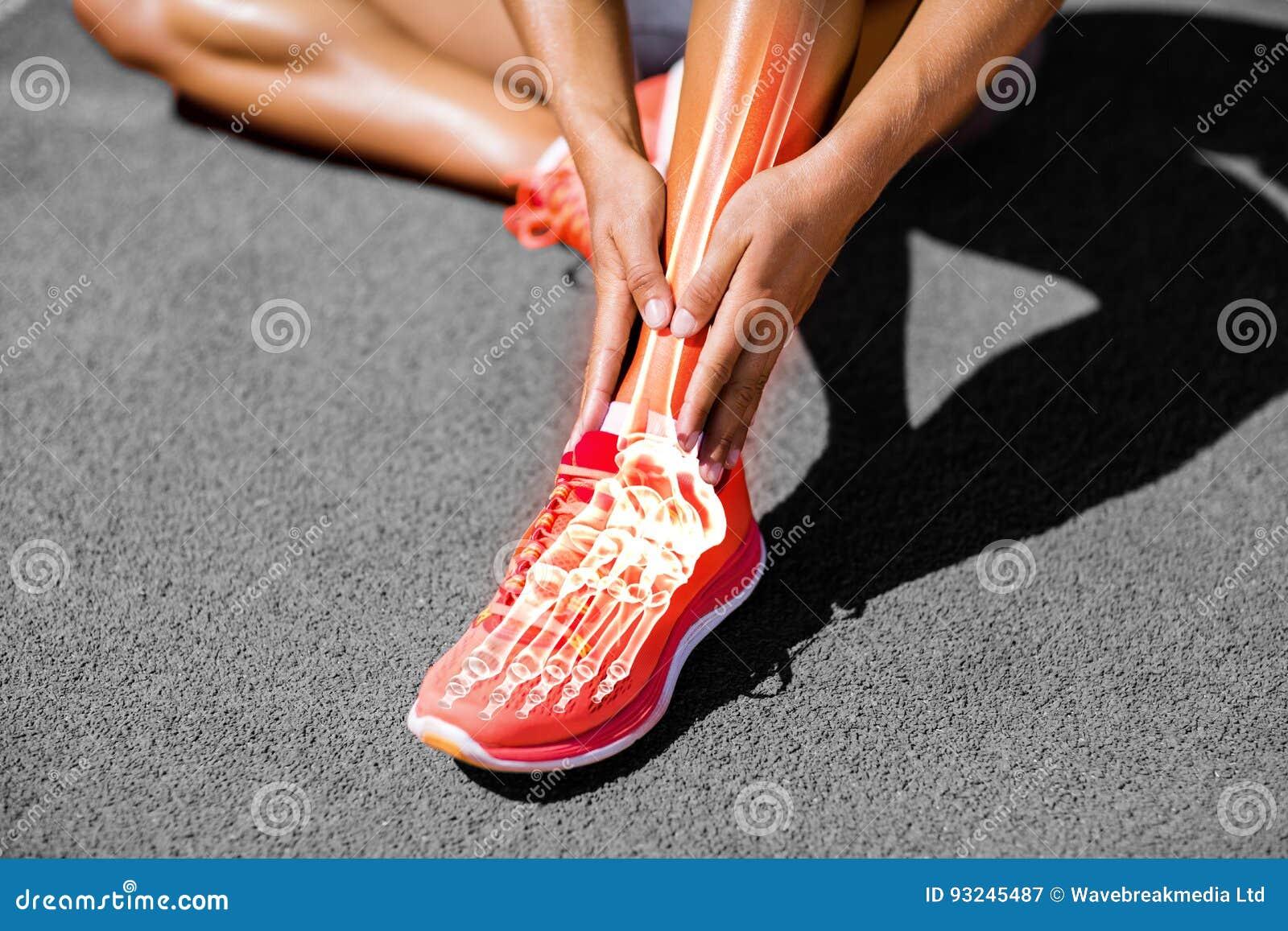 Sezione bassa dell atleta femminile che soffre dai dolori articolari sulla pista