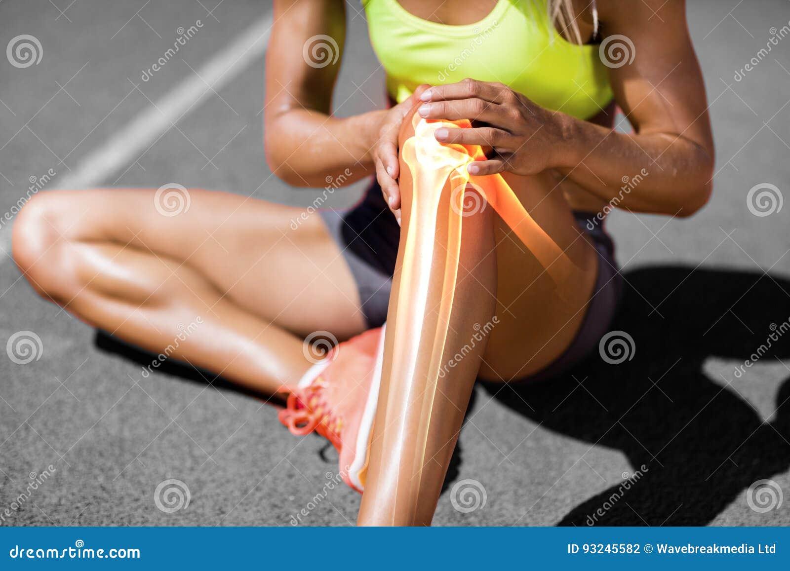 Sezione bassa della sportiva che soffre dal dolore del ginocchio