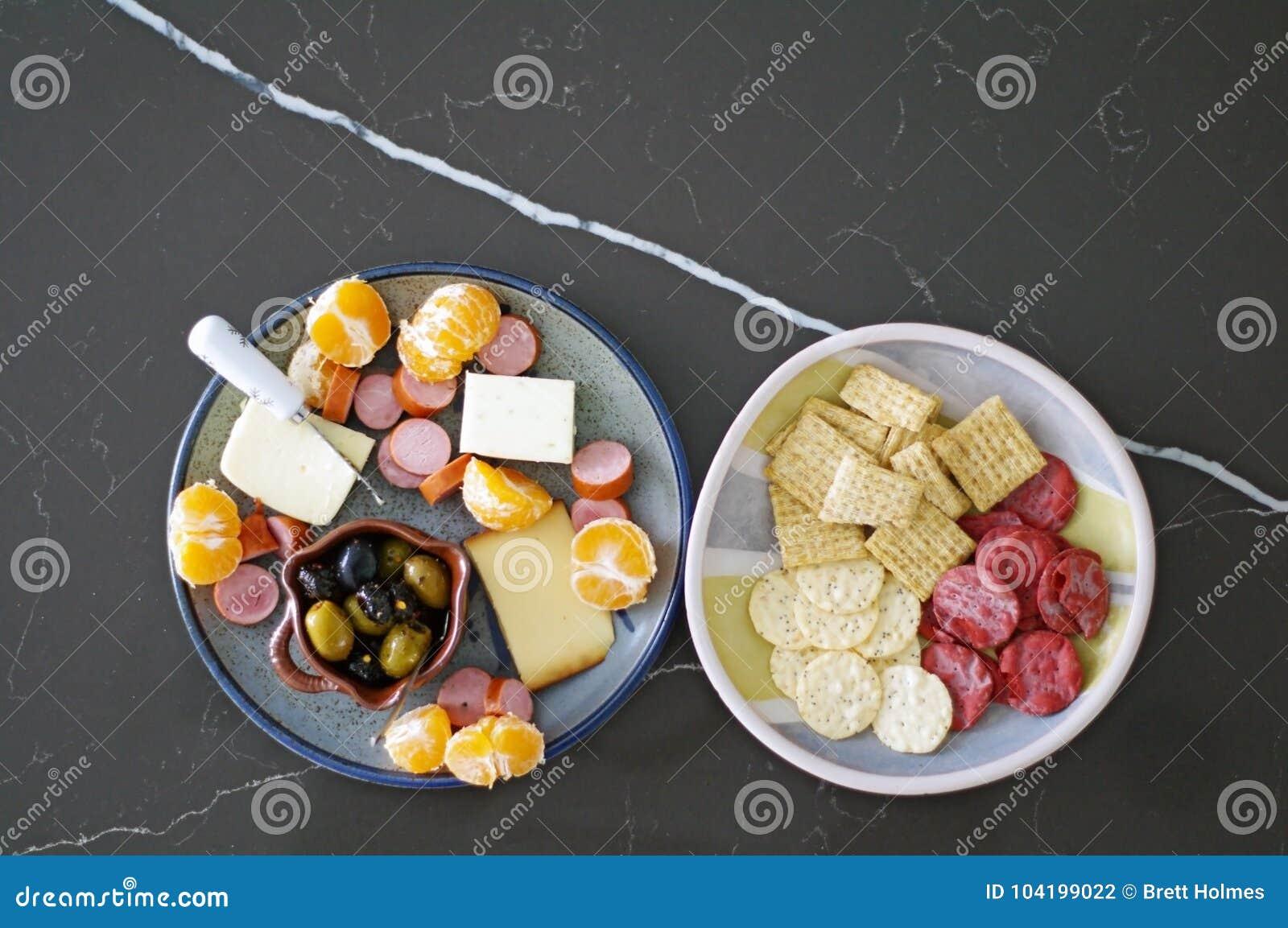 Sezonowy zakąska półmisek z oliwkami, serem, mięsem i pomarańczami,