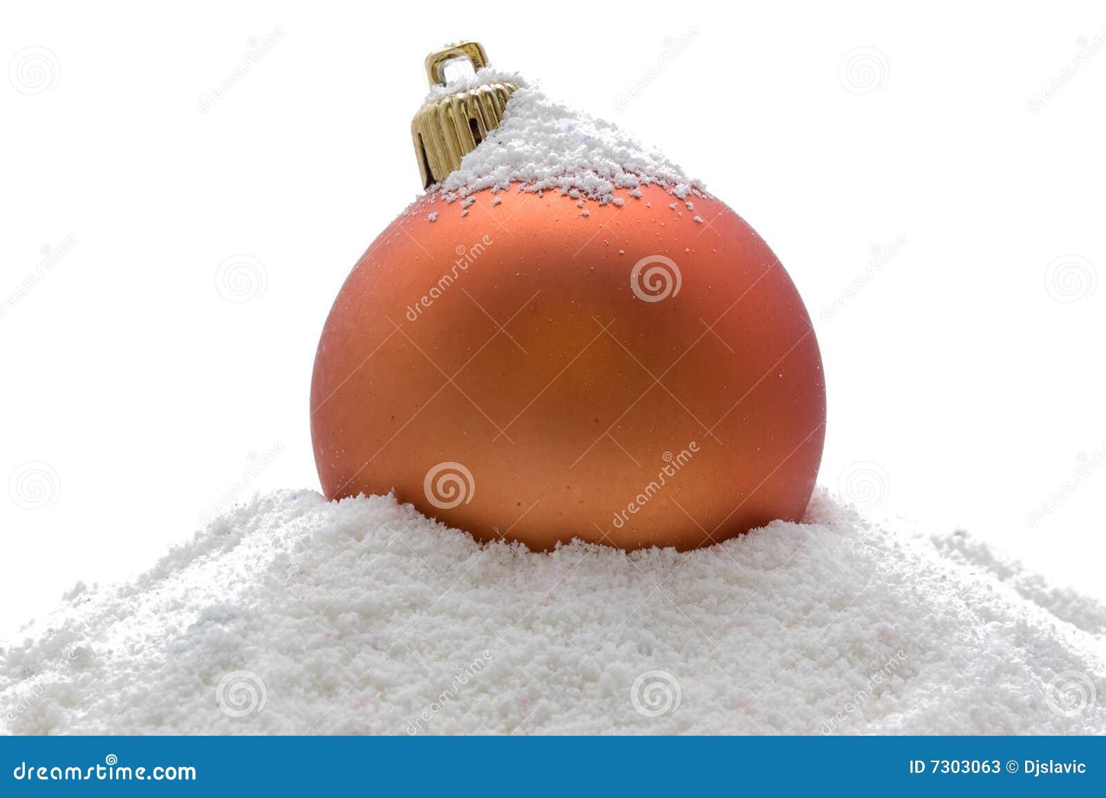 Sfera arancione di natale in neve