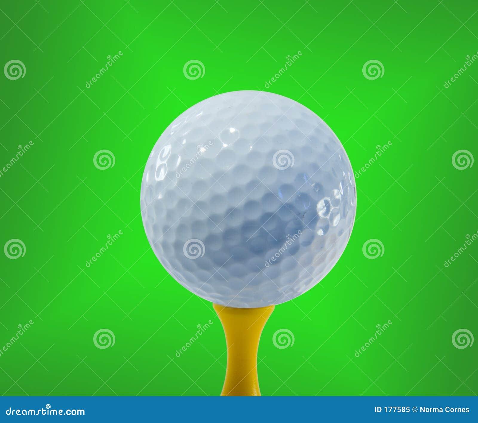 Sfera di golf pronta per colpire