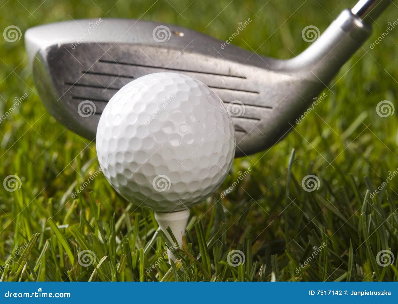 Sfera di golf su erba con il driver