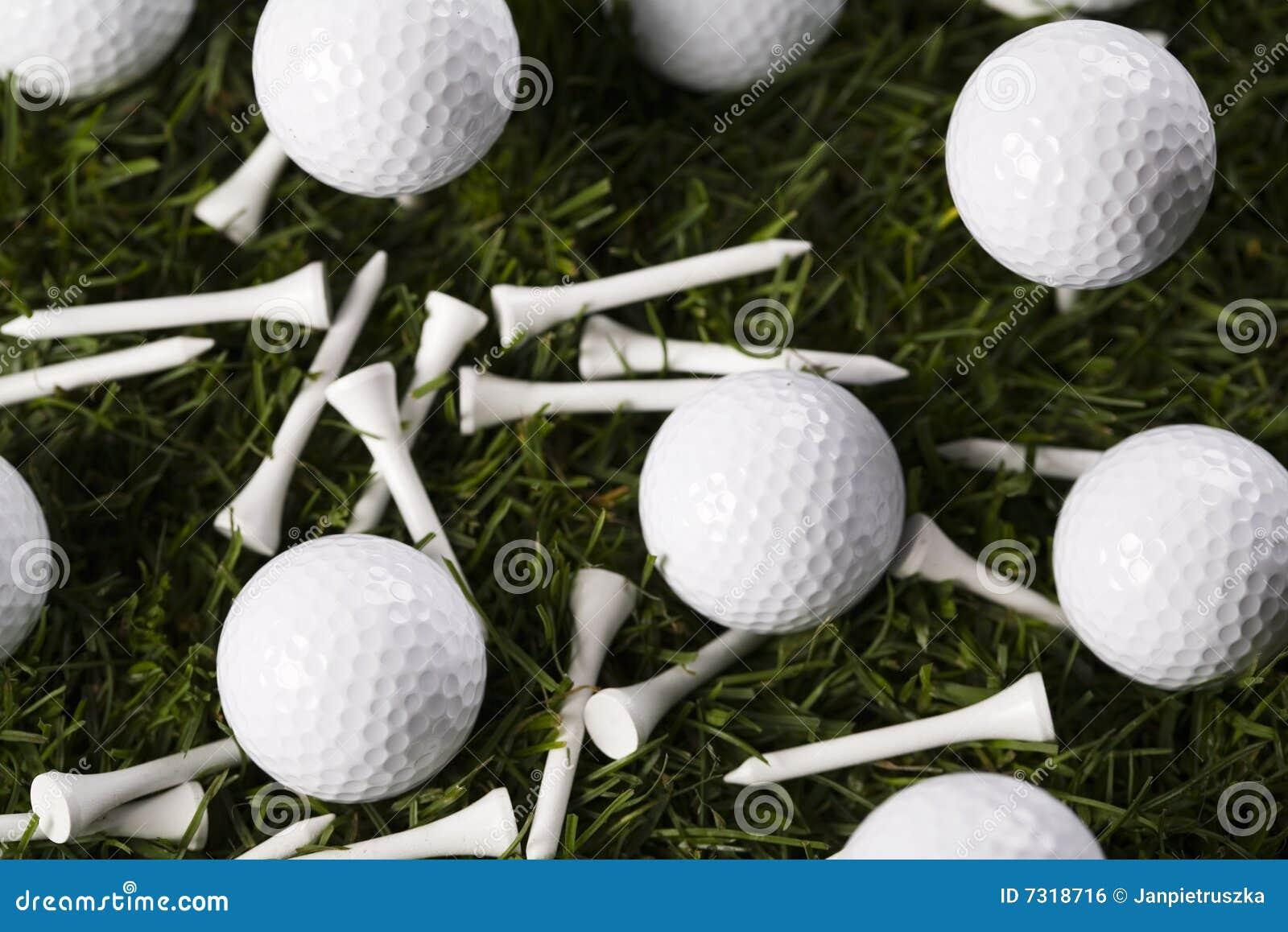 Sfera di golf sul T in erba