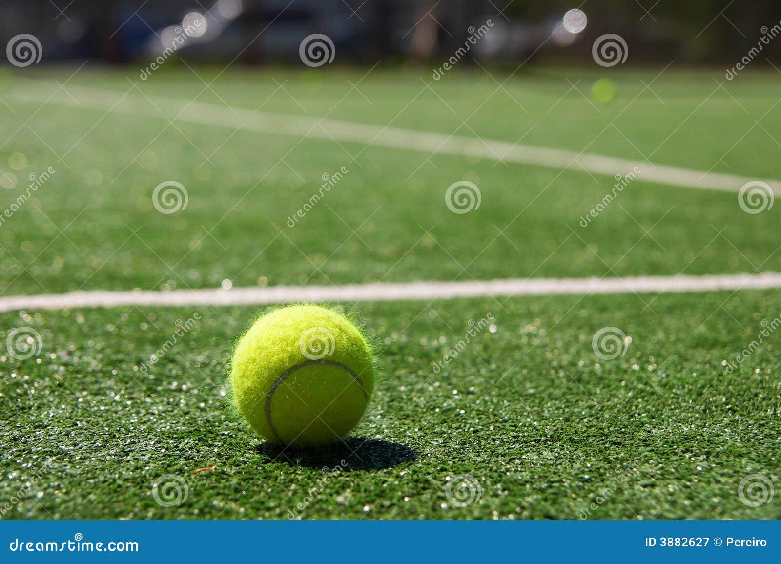 Sfera di tennis su una corte