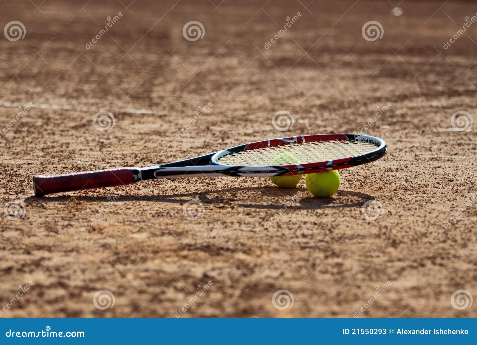 Sfere e racchetta di tennis.