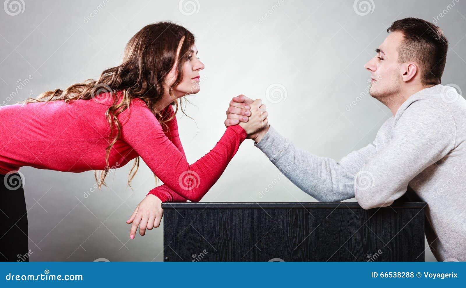 Sfida di braccio di ferro fra le giovani coppie