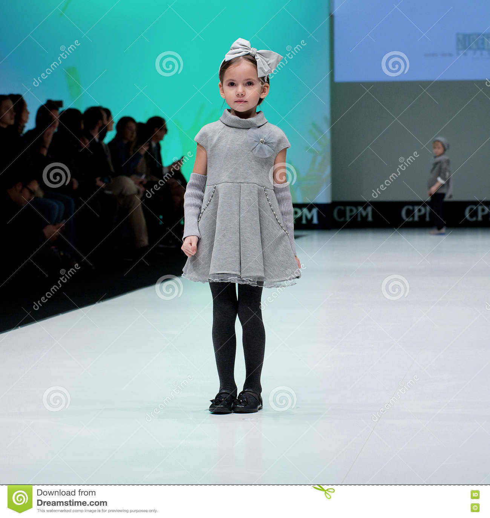 watch 4c625 489ce Sfilata Di Moda Bambini, Ragazza Sul Podio Immagine Stock ...