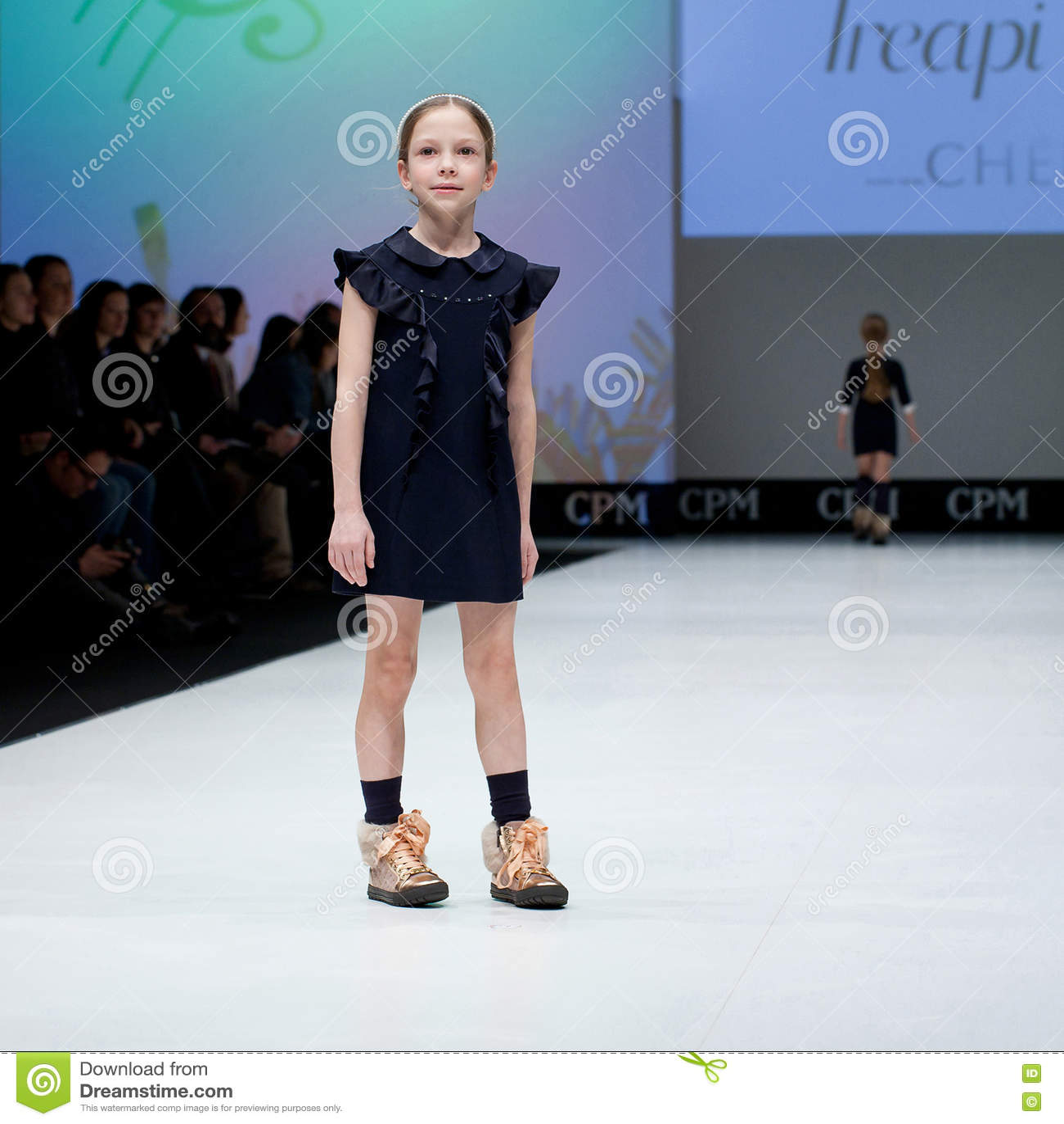 new concept 10b6e 655f3 Sfilata Di Moda Bambini, Ragazza Sul Podio Fotografia Stock ...
