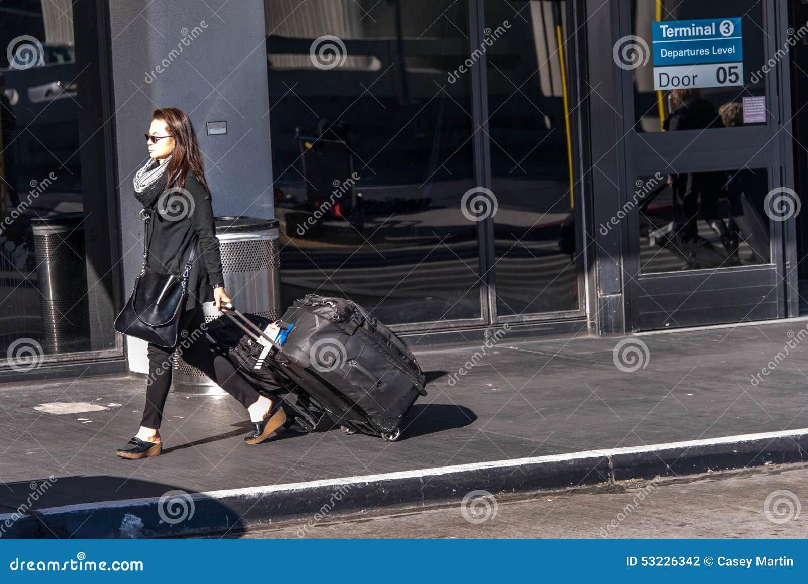 SFO, aeropuerto de San Francisco International - pasajeros fuera de los wi