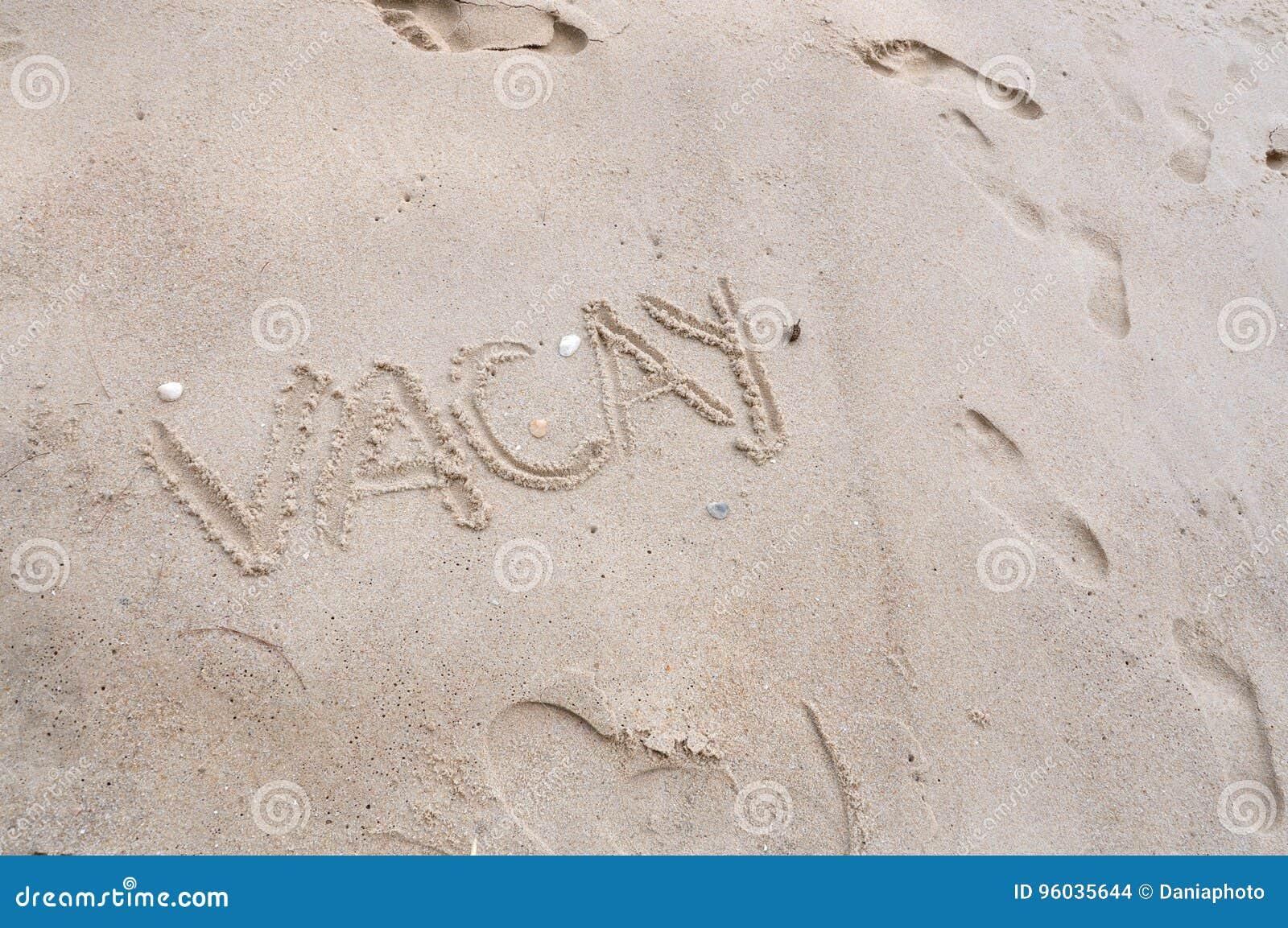 Sformułowania Vacay na Plażowym piaska tle