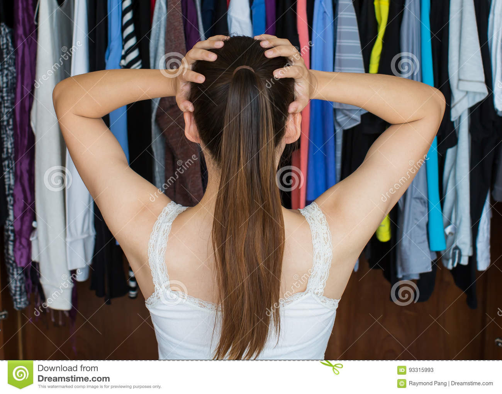 Sfrustowana młoda kobieta no może decydować co być ubranym od jej zakończenia