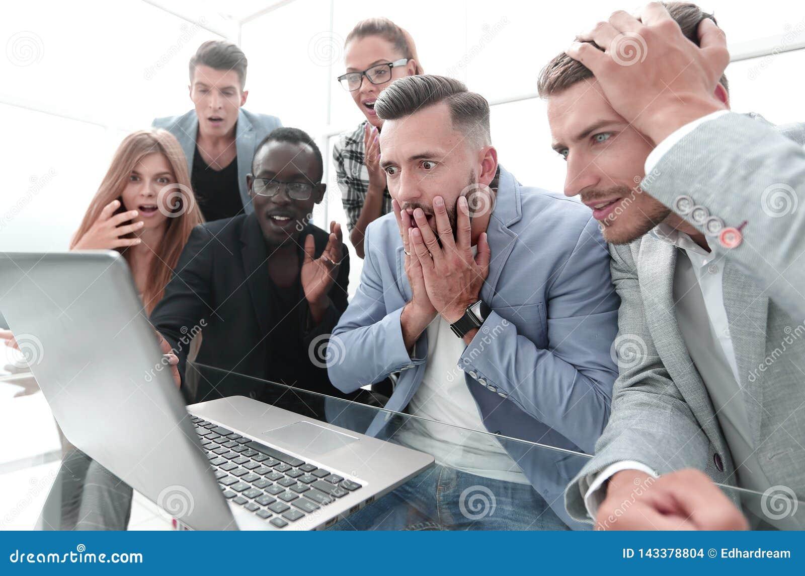 Sfrustowane kobiety i samiec sprzedaży kierownicy pracuje w sali wystawowej, patrzeje laptopu monitoru