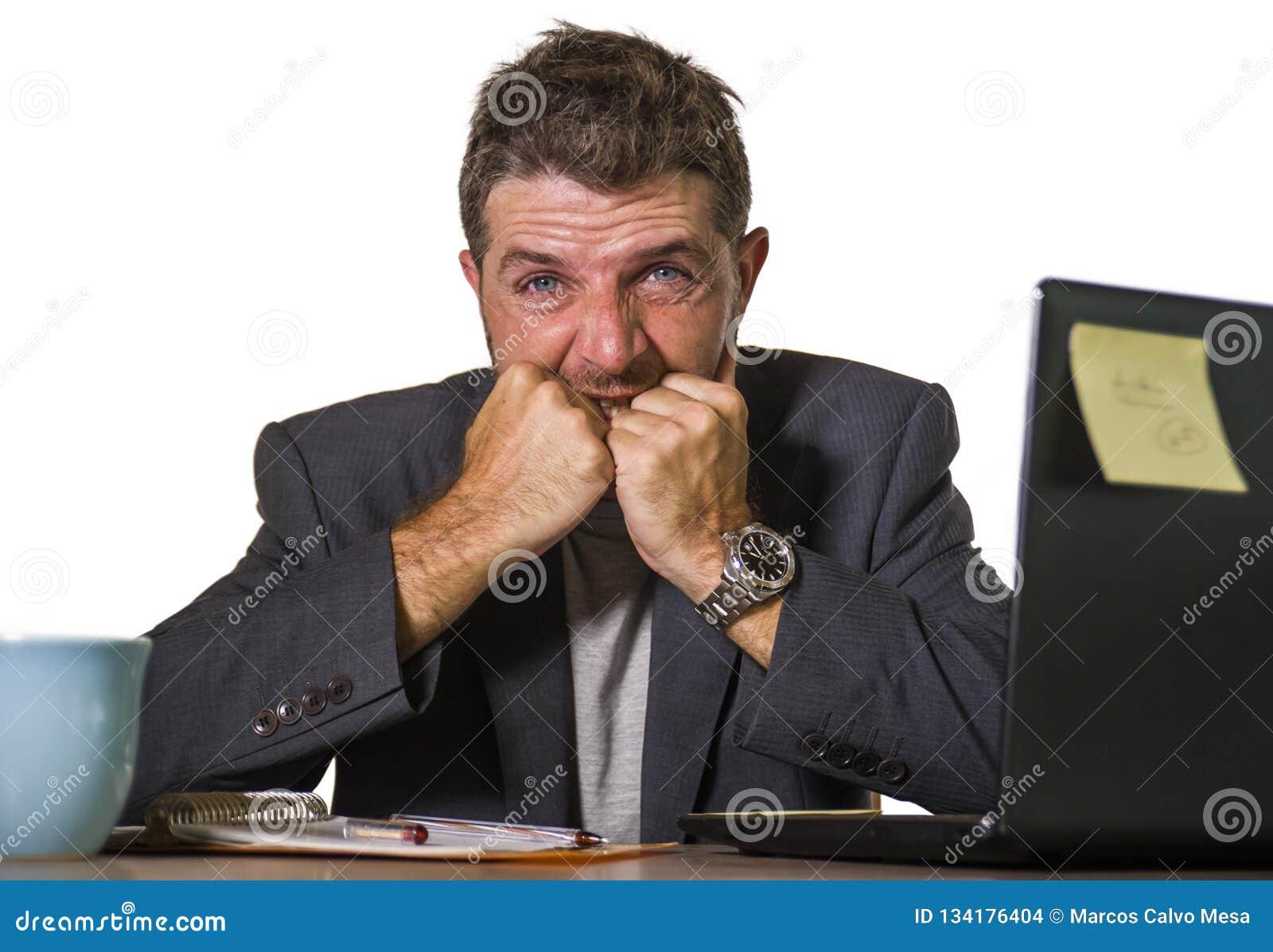 Sfrustowany mężczyzna pracuje przy komputeru biurka uczucia cierpienia depresją, wzburzonym niepokoju kryzysem wewnątrz desperack