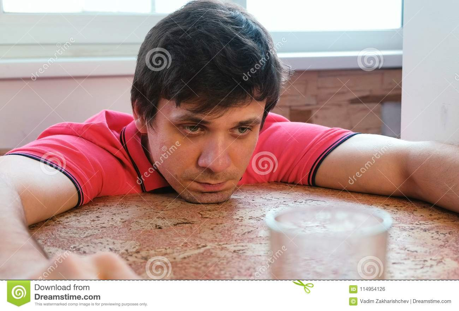 Sfrustowany mężczyzna siedzi na chybienie i balkonie