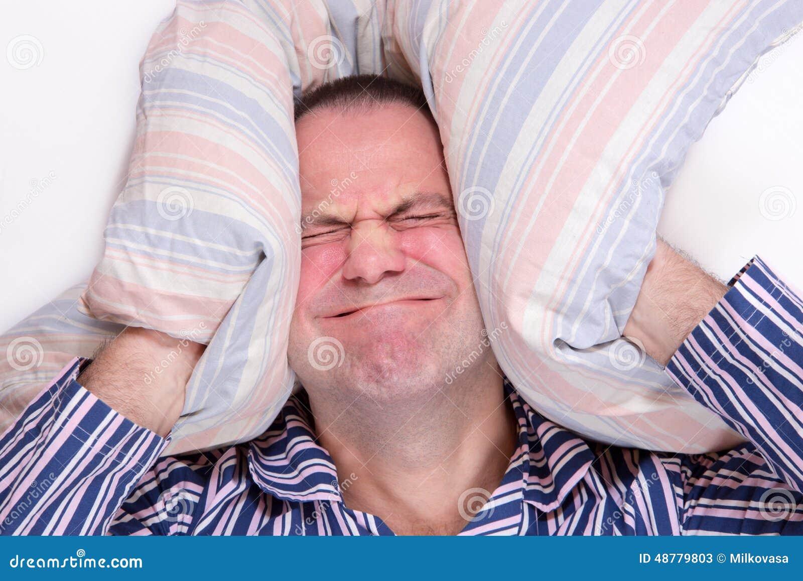 Sfrustowany mężczyzna w łóżku