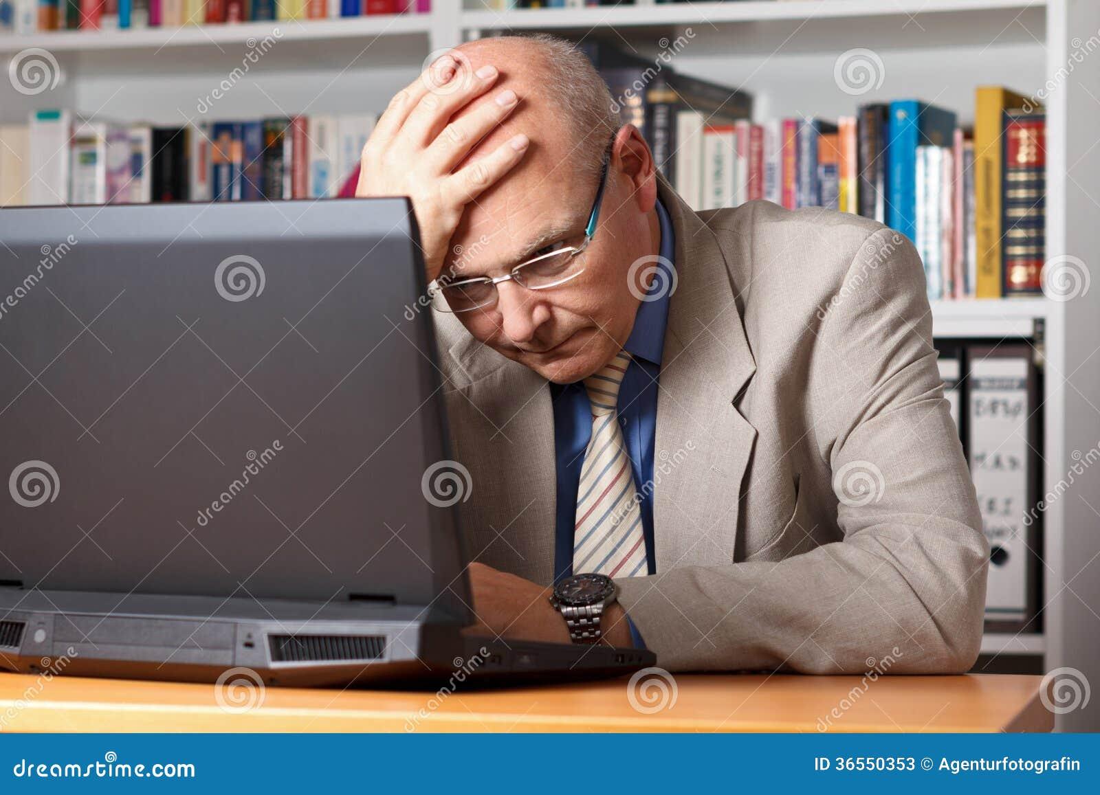 Sfrustowany mężczyzna z laptopem
