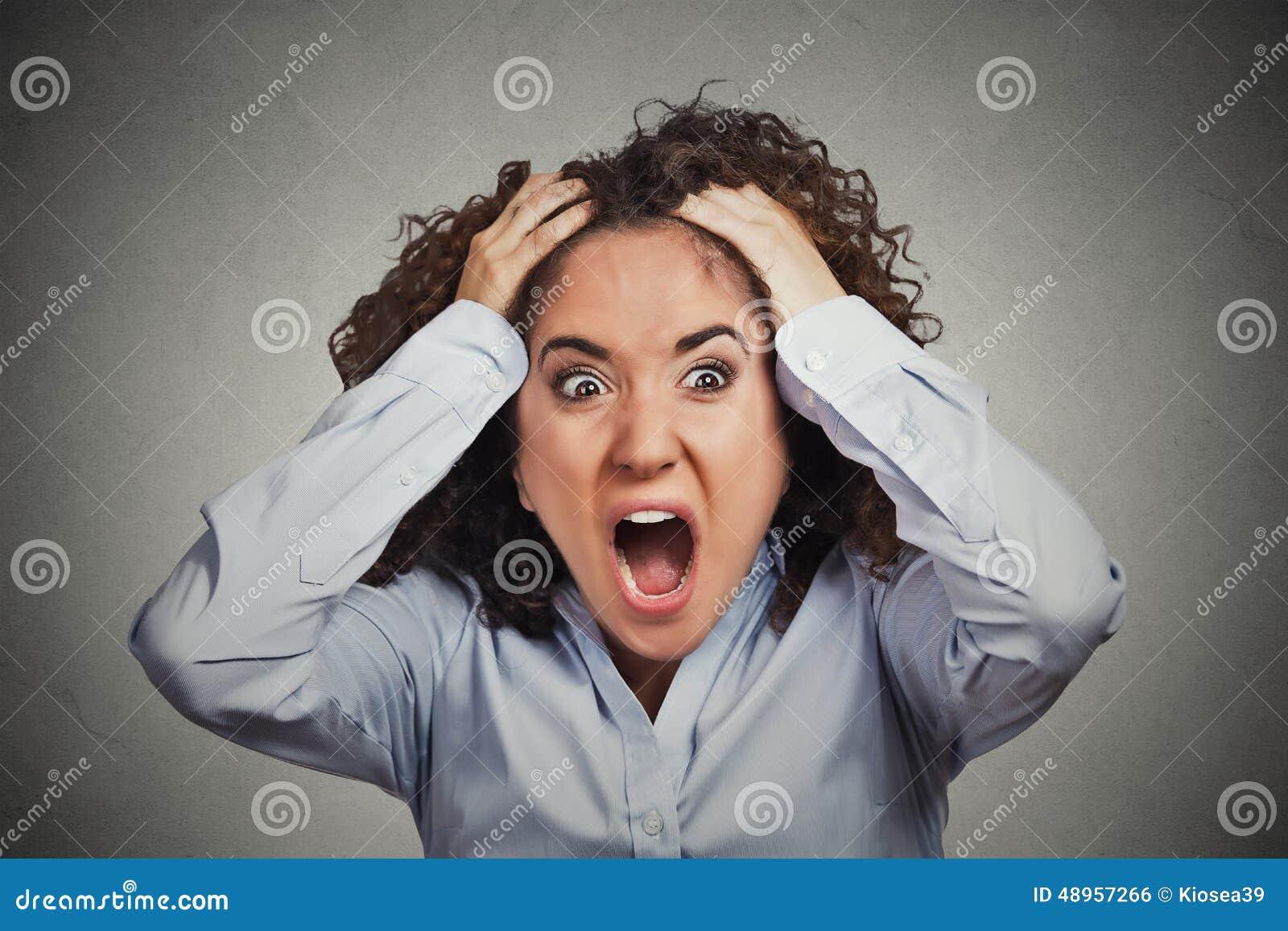 Sfrustowany szokujący biznesowej kobiety ciągnięcia włosy out wrzeszczy