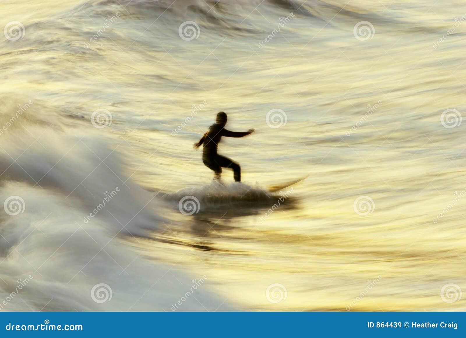 Sfuocatura del surfista di tramonto