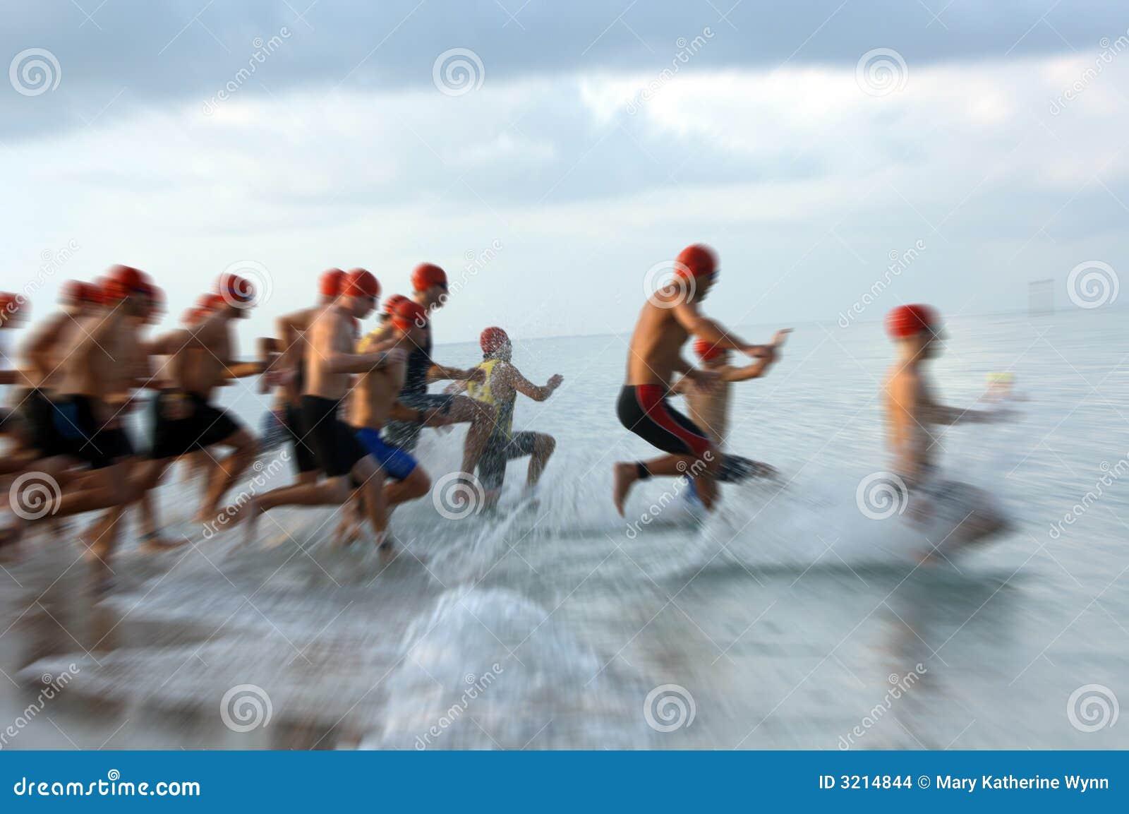 Sfuocatura della corsa di nuotata del Triathlon