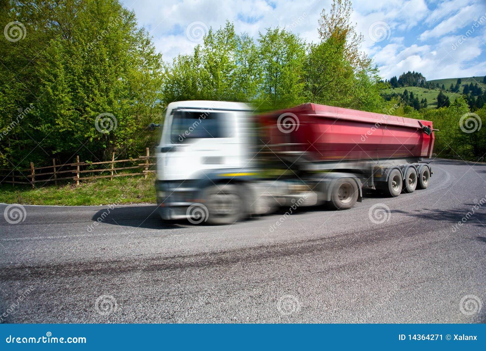 Sfuocatura di movimento del camion d accelerazione