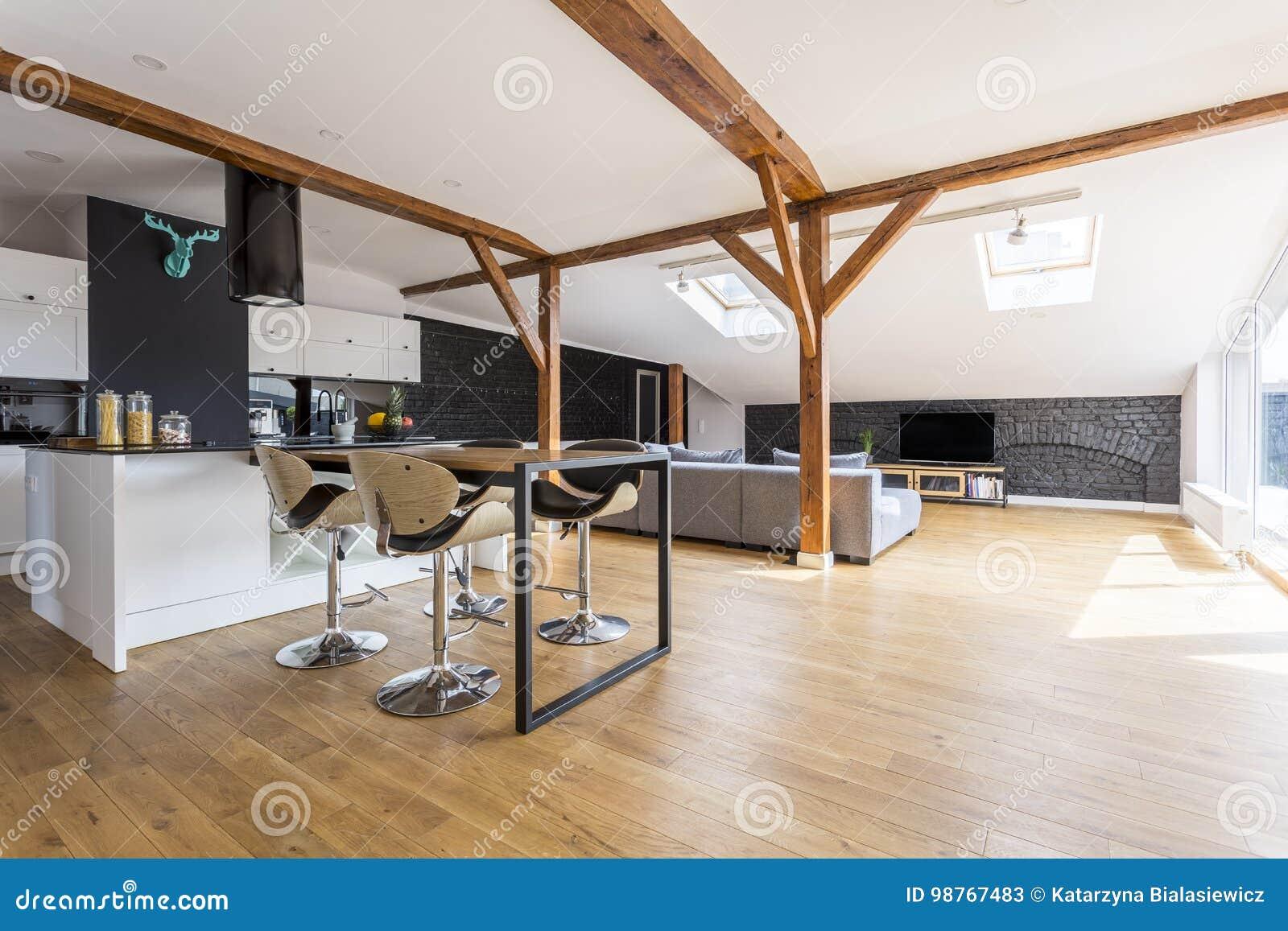 Sgabelli da bar in appartamento spazioso immagine stock immagine